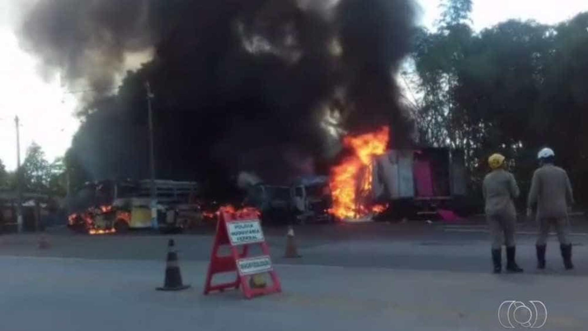 GO: caminhão bate em 6 veículos e provoca incêndio em barreira policial