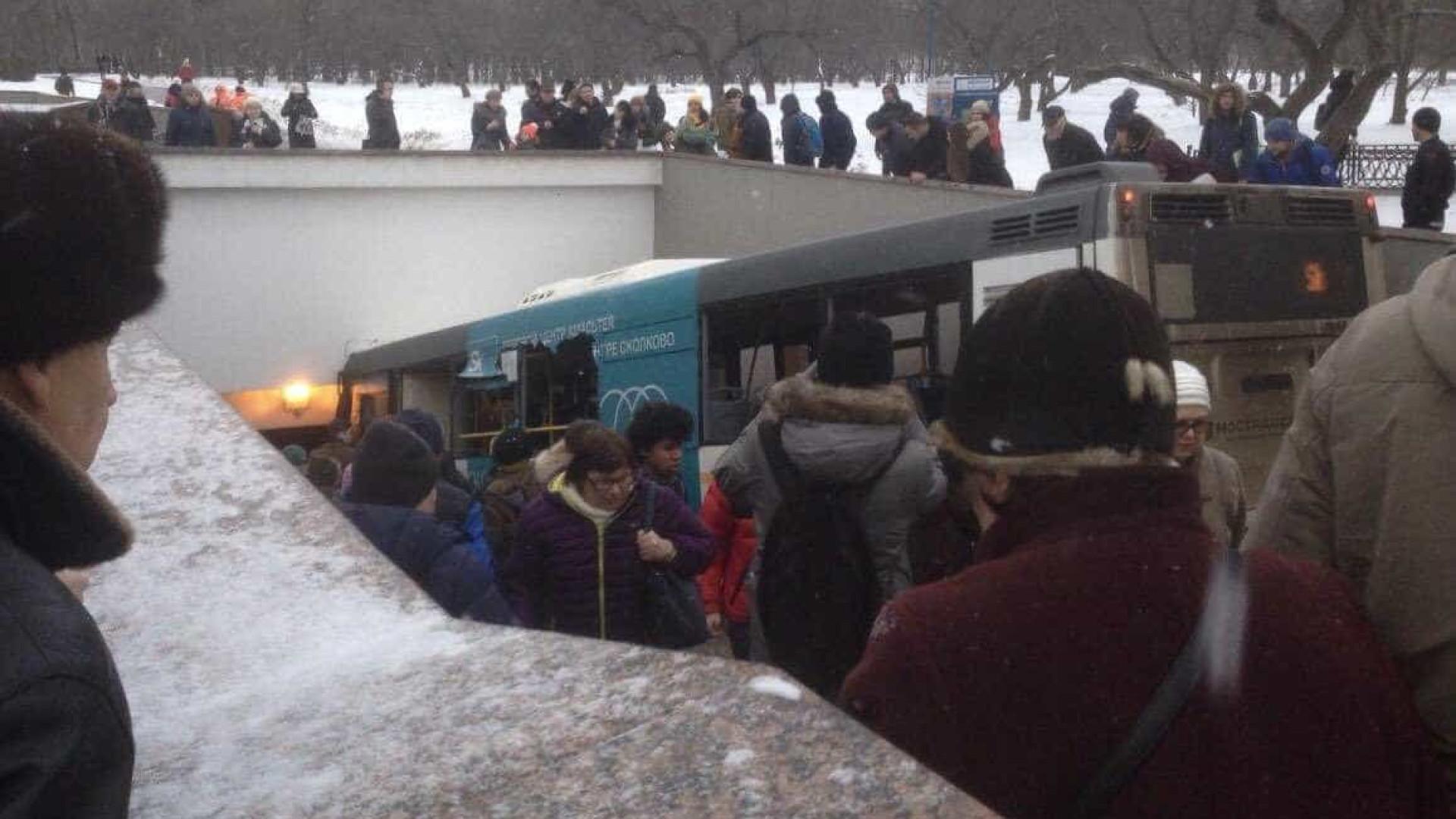 Ônibus atropela multidão em estação de metrô em Moscou e deixa 5 mortos