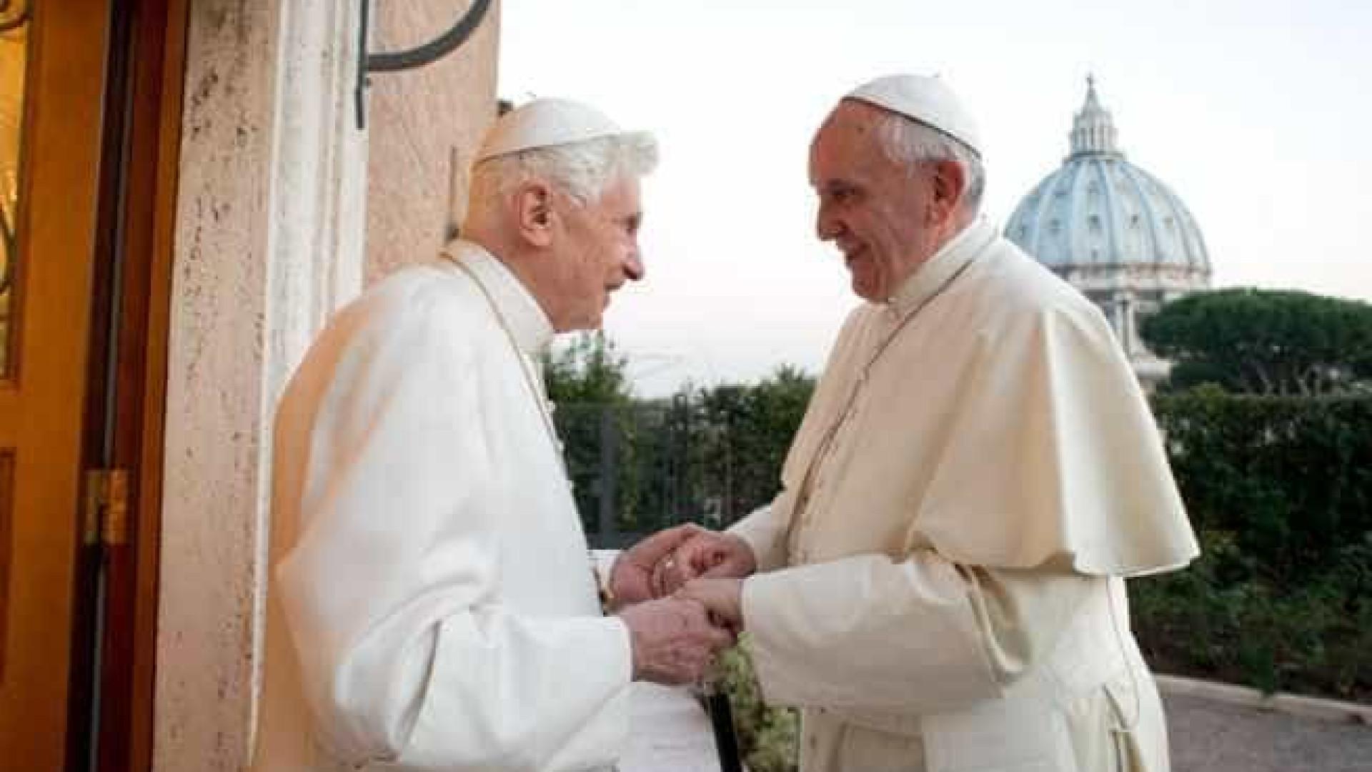 Papa Francisco visita Bento XVI para desejar 'Feliz Natal'