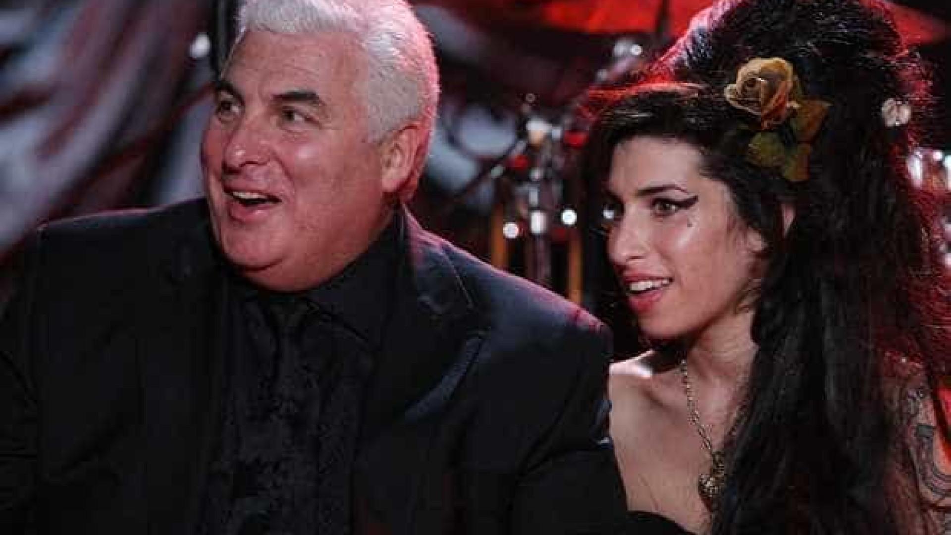 Pai de Amy Winehouse diz que vê espírito da cantora com frequência