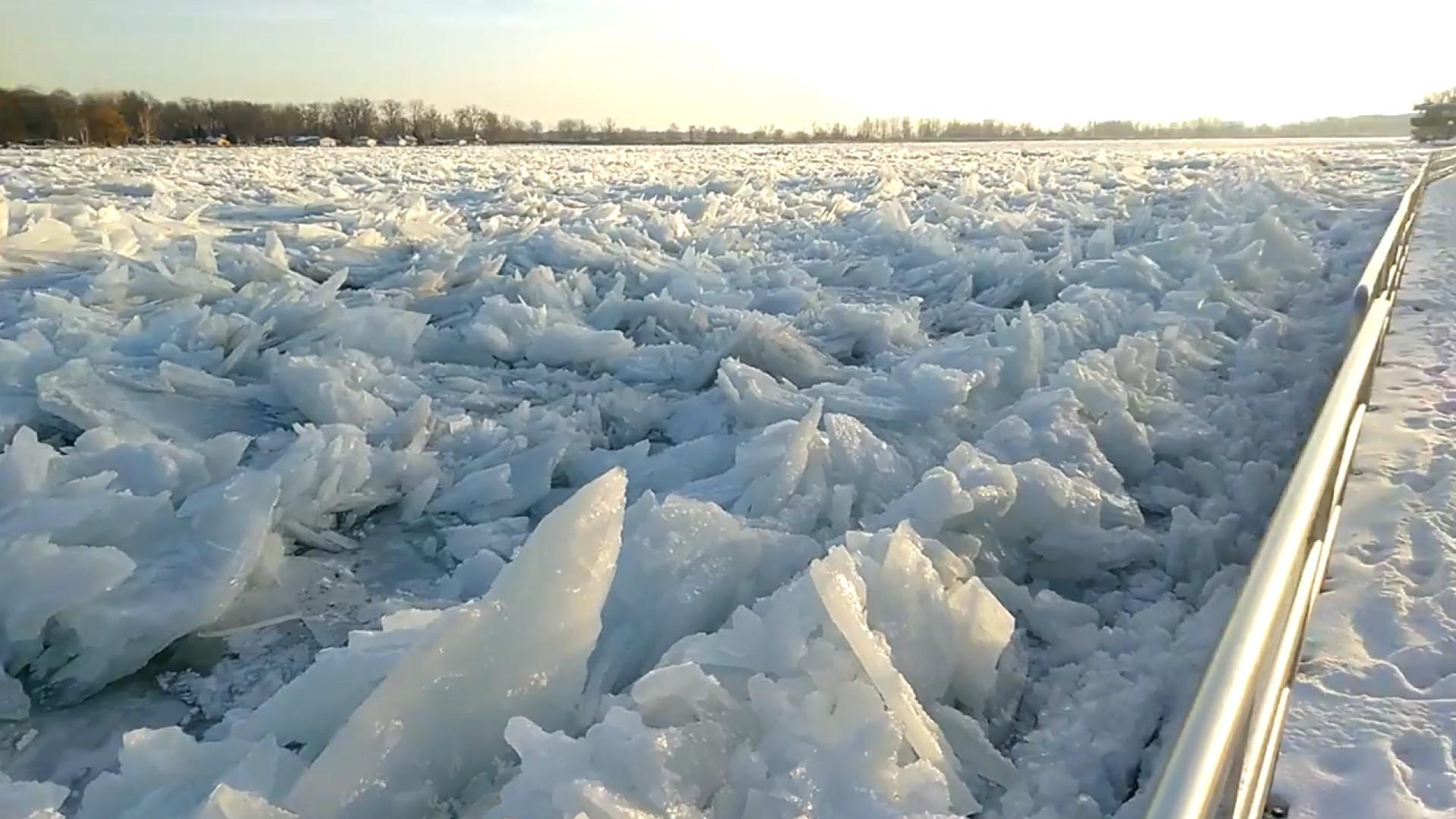 Rio congela de forma impressionante em Michigan