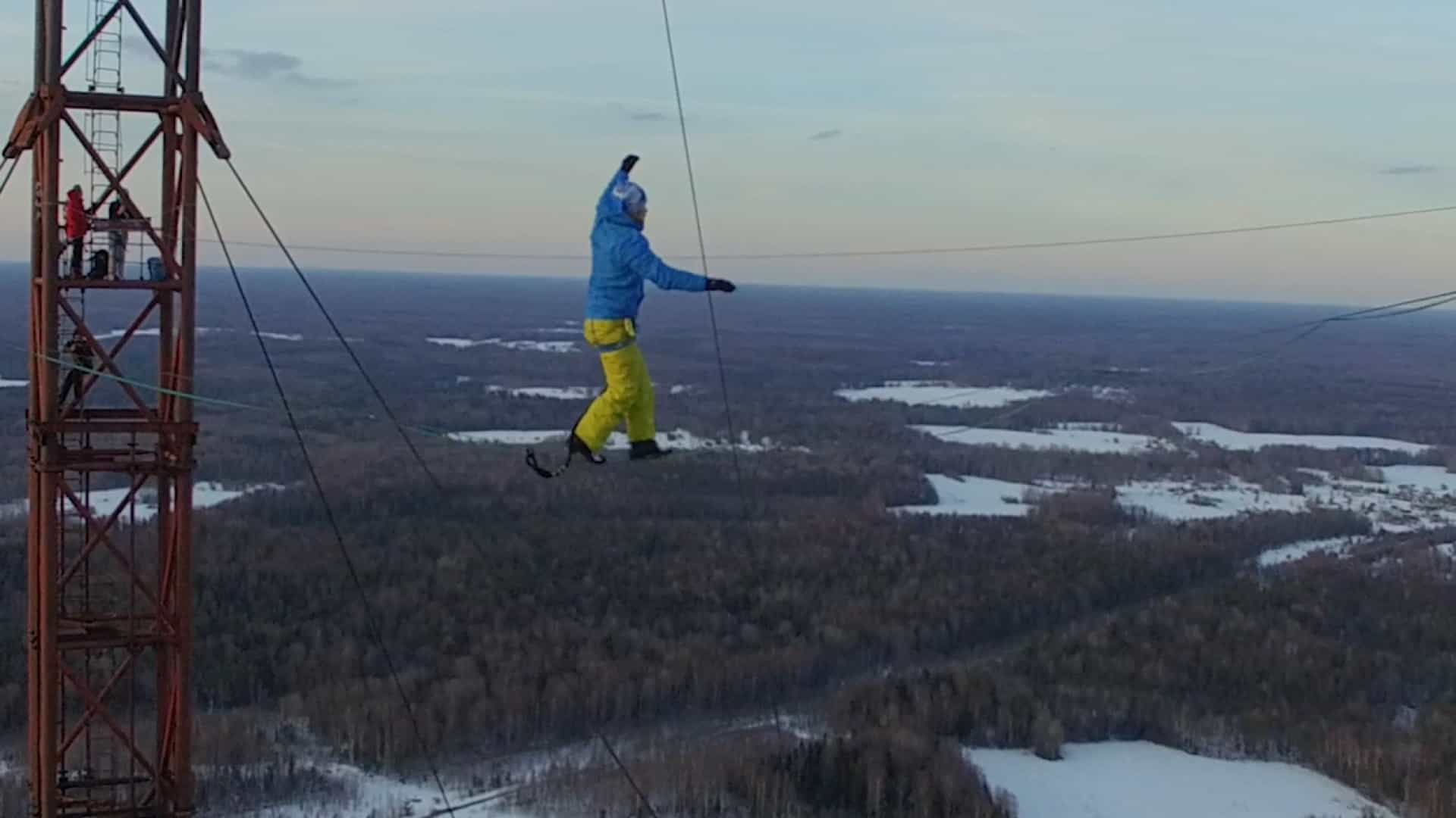 Aventureiro pratica slackline em uma das torres mais altas da Rússia