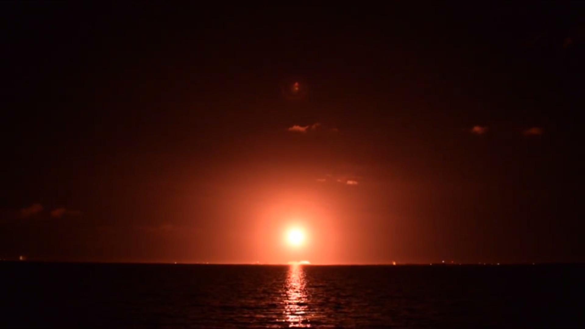 Primeiro lançamento espacial do ano iluminou o céu na Florida