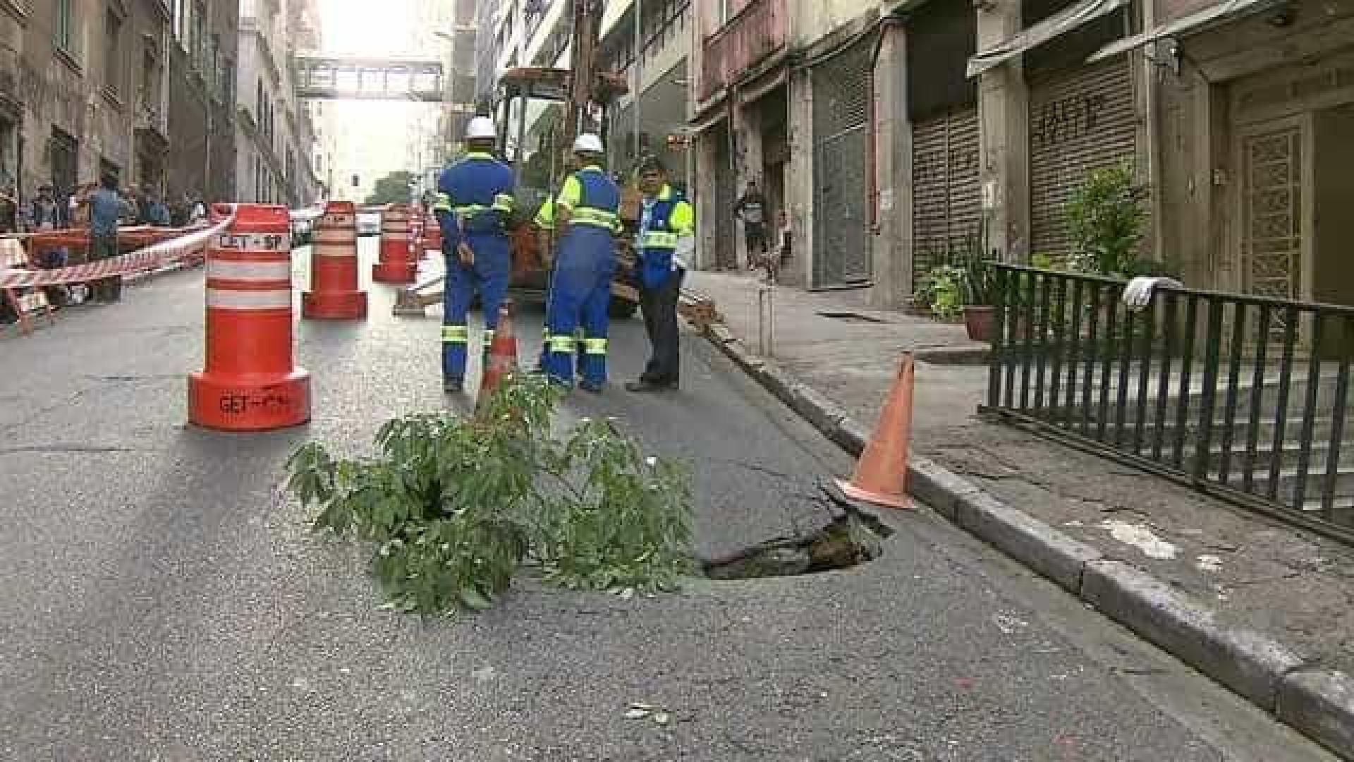 Cratera interdita parcialmente o trânsito em rua do Centro de SP