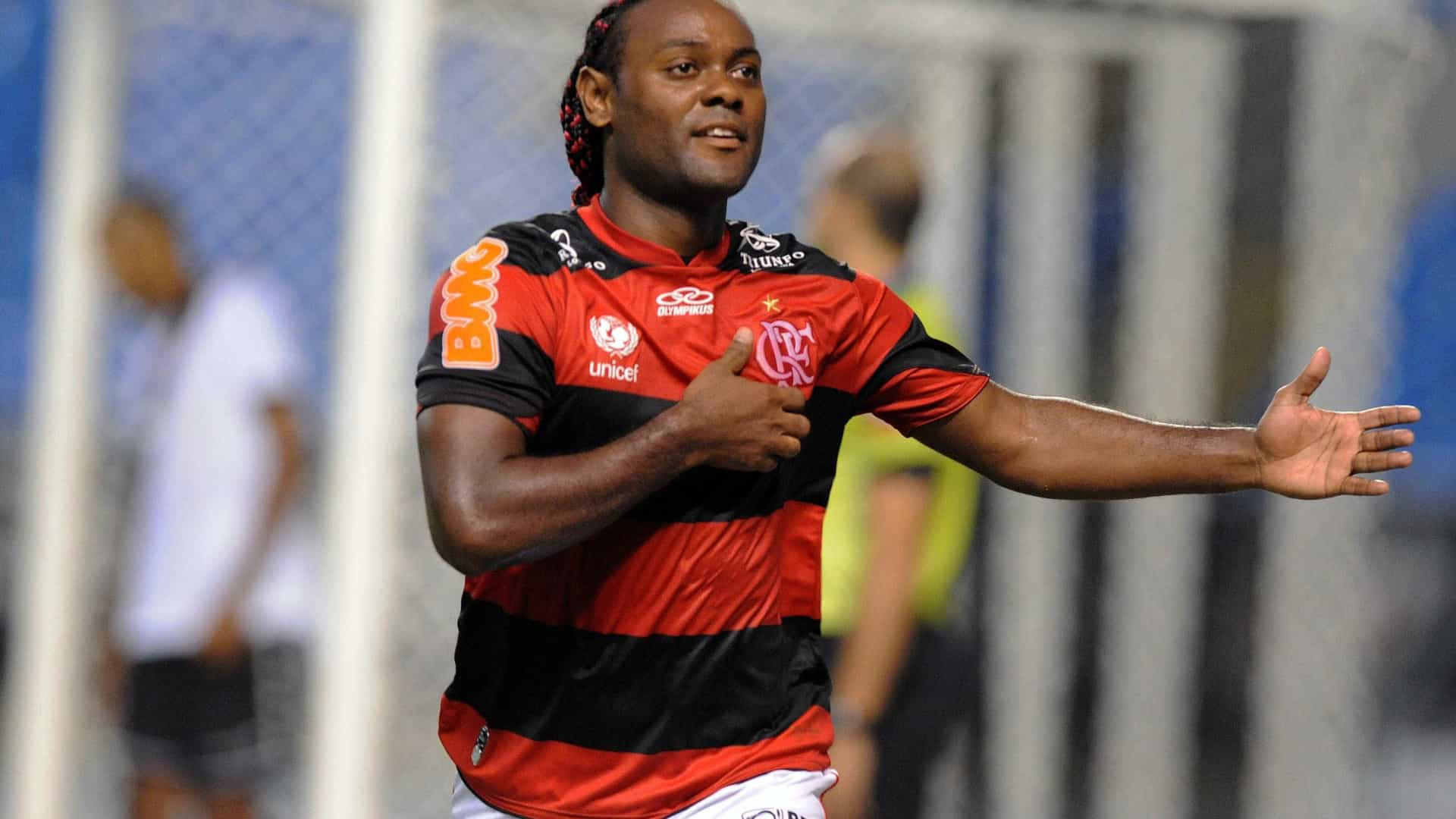 Flamengo acerta salário com Vagner Love e aguarda liberação de time turco