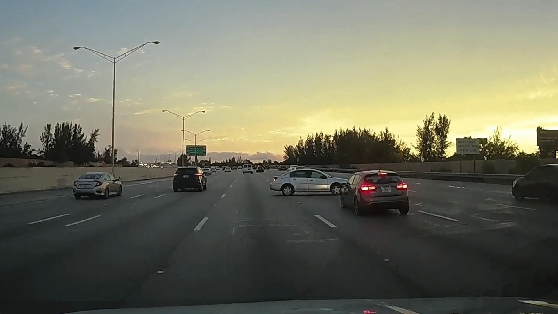 Impressionante domínio de carro após perder o controle na estrada