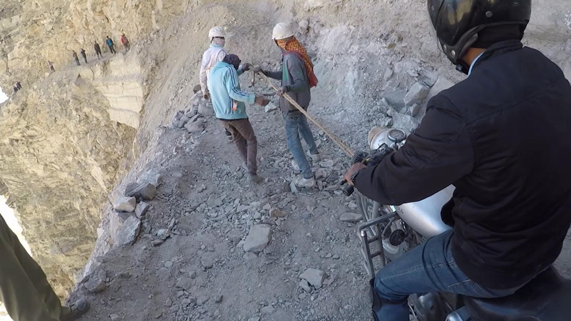 Motociclistas arriscam a vida em estrada nas montanhas do Himalaia