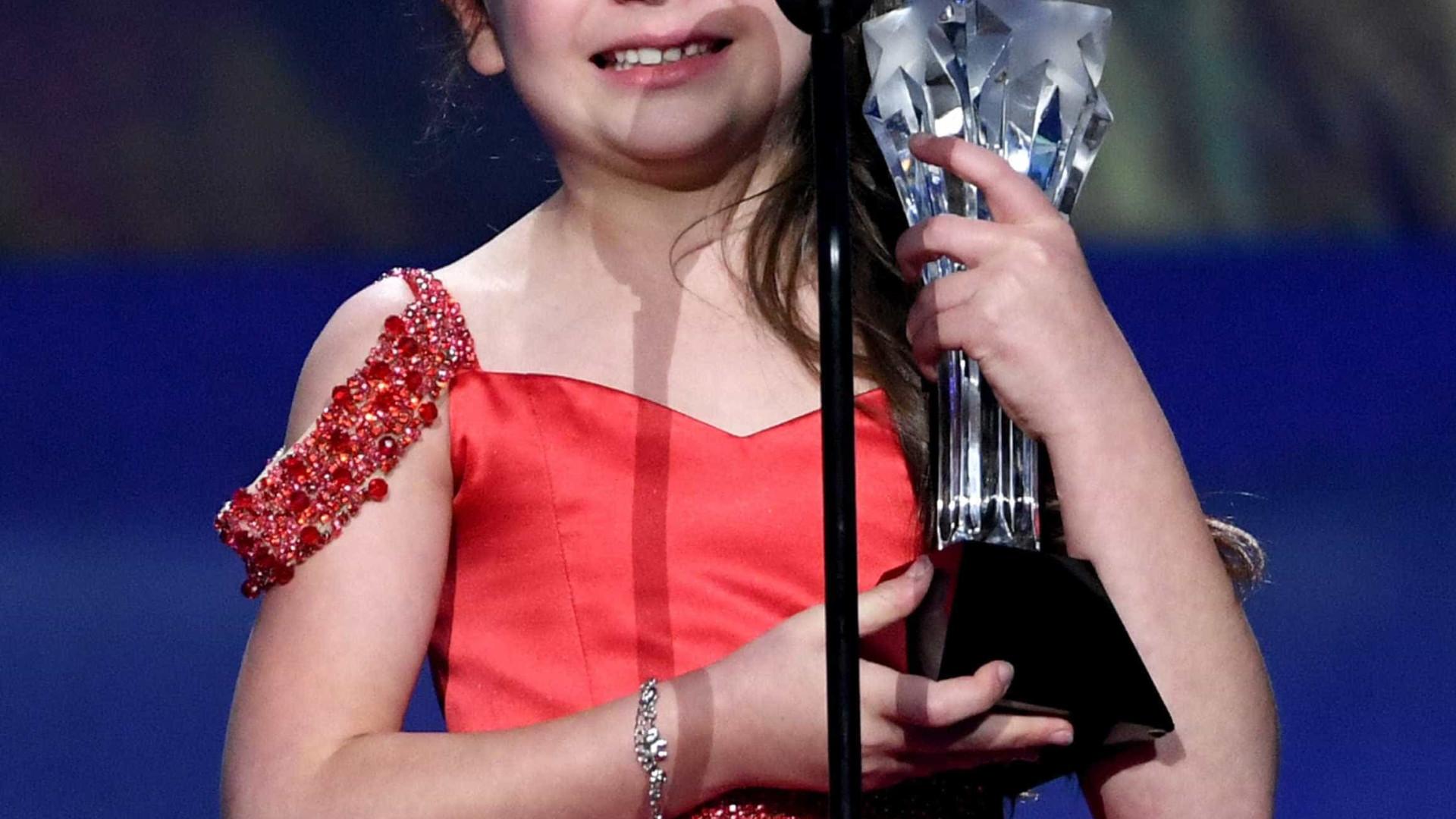 Em lágrimas, atriz de sete anos recebe prêmio e deixa plateia comovida
