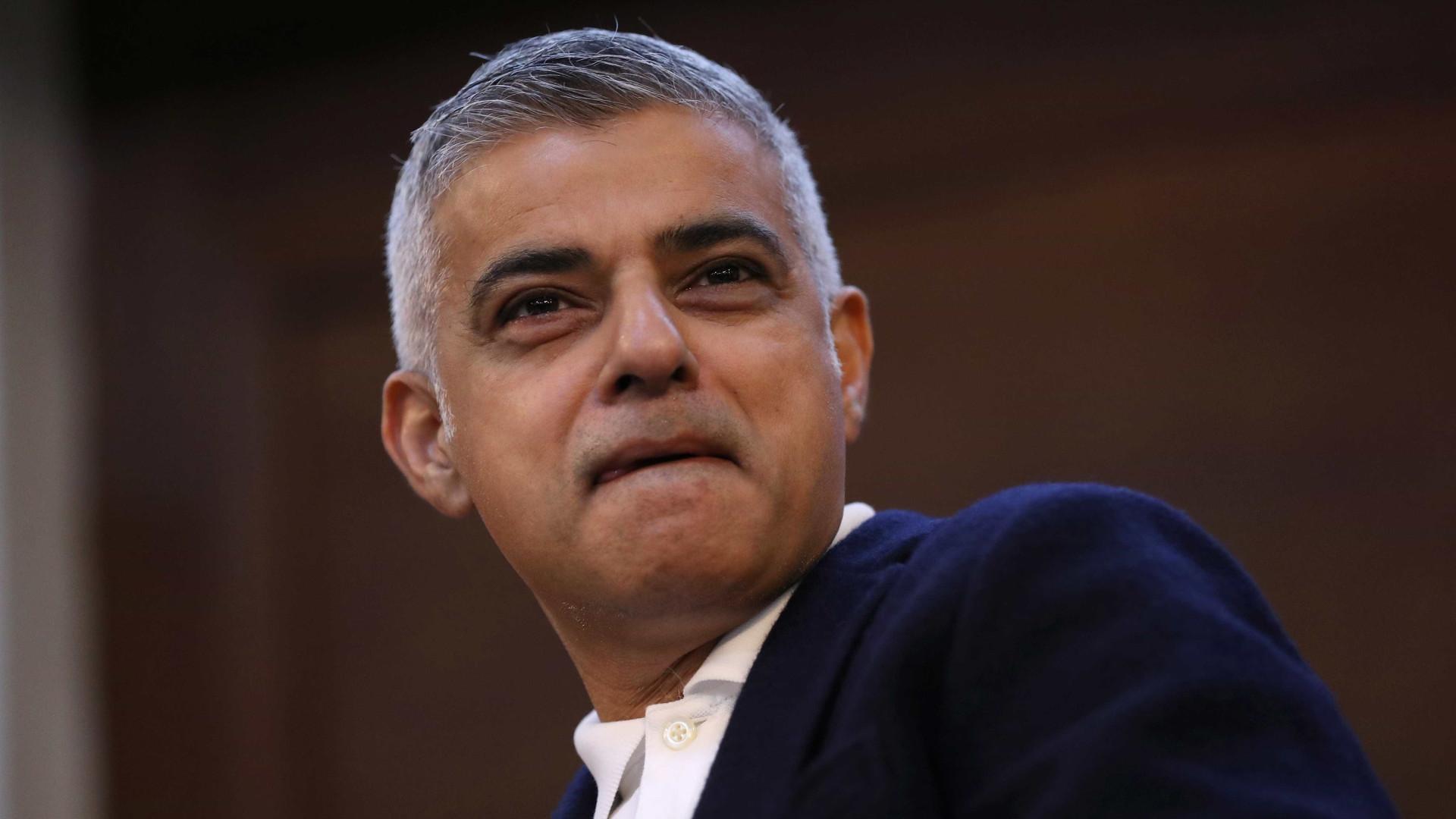 Defensores de Trump protestam contra prefeito de Londres em evento