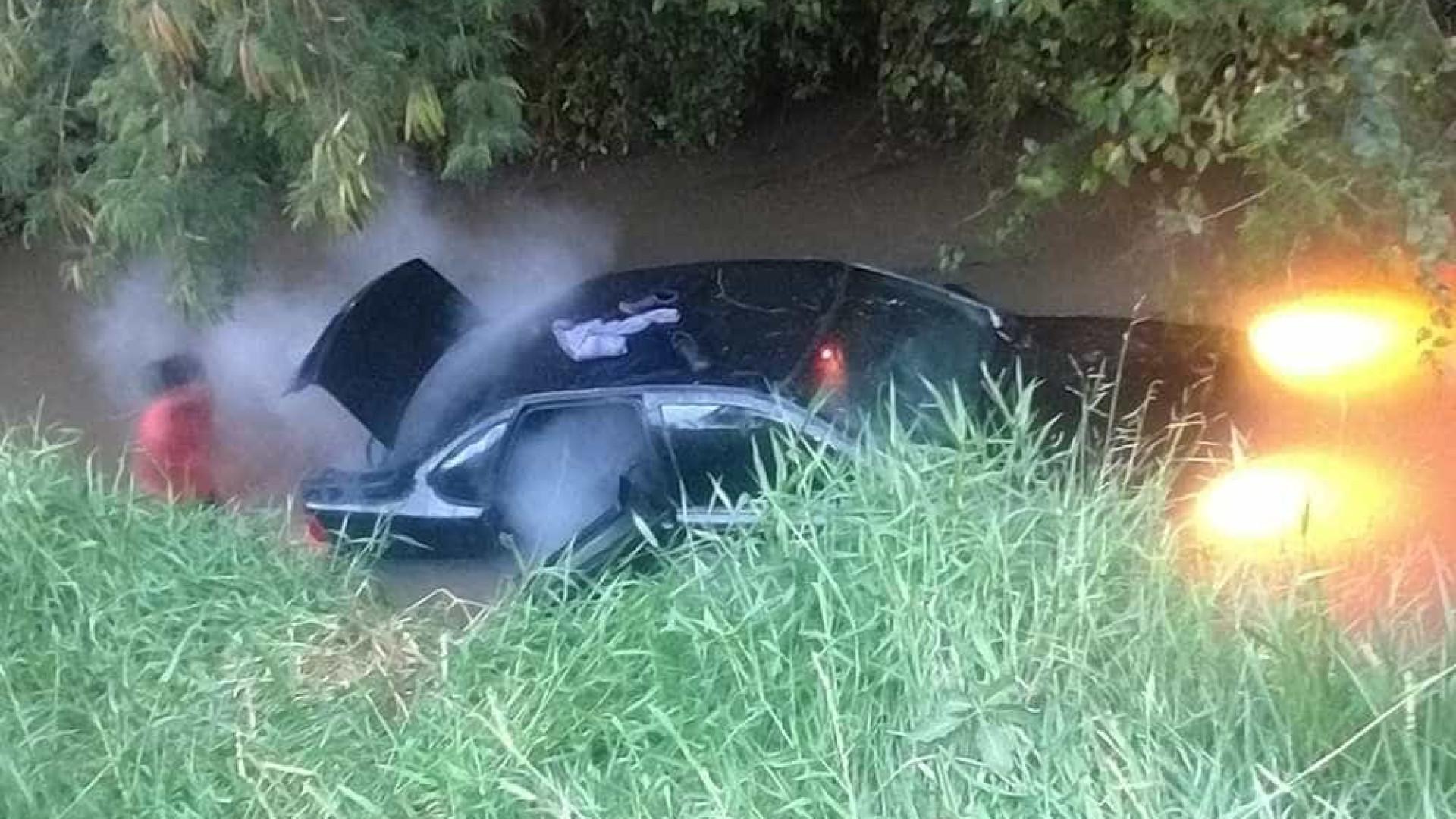 Carro cai na Marginal do Chá ao motorista se perder em curva