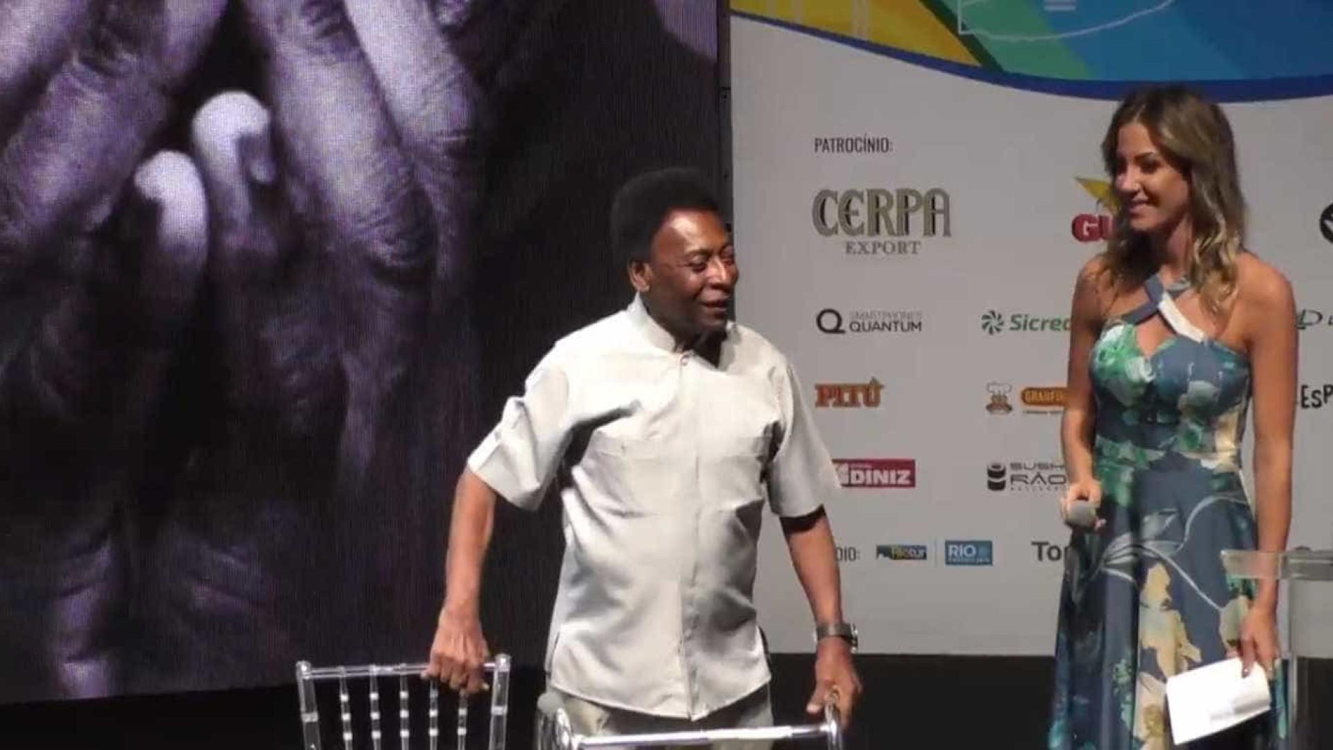 Pelé usa andador para chegar ao palco durante evento do Cariocão