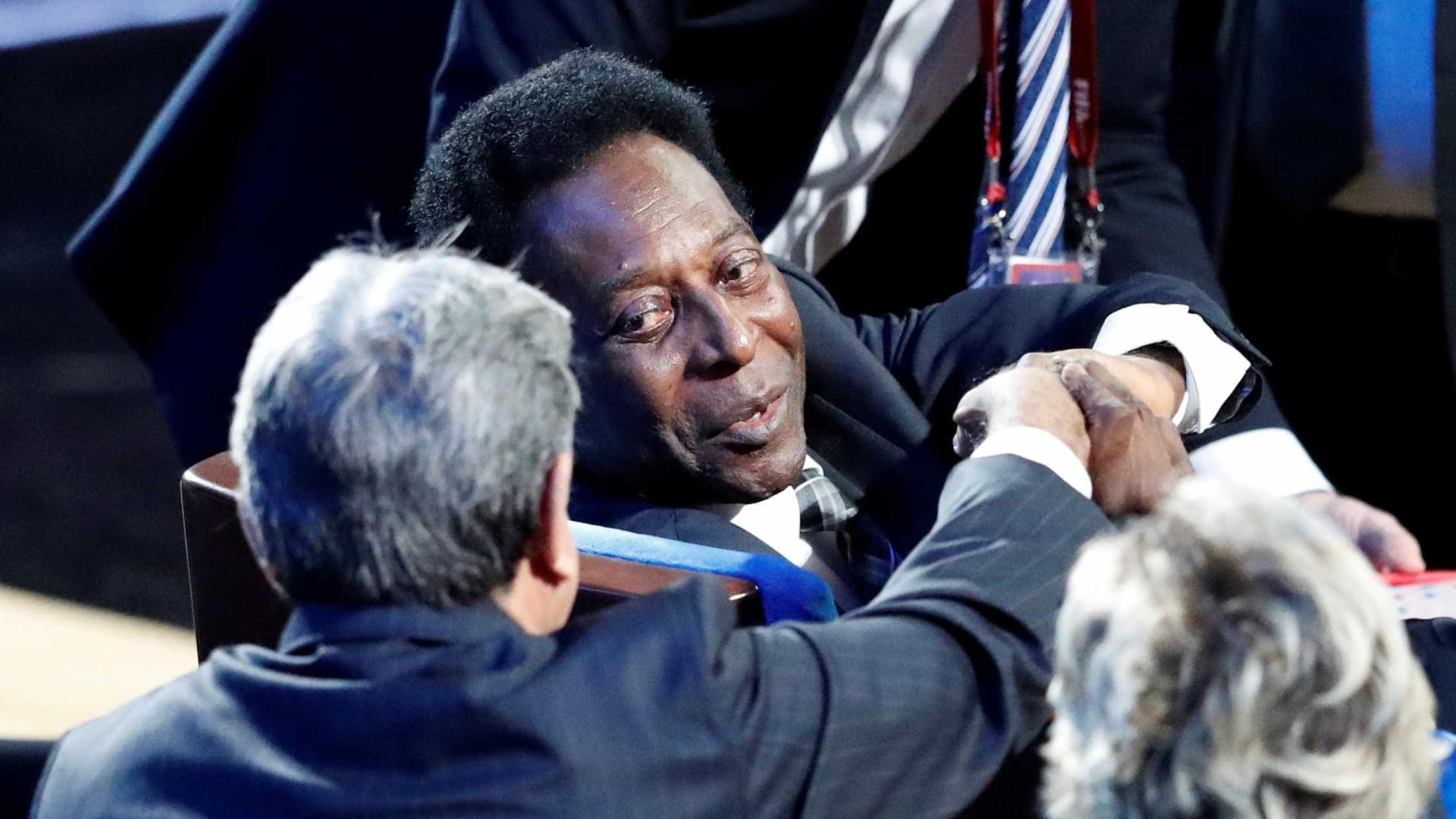 Pelé desmaia, é hospitalizado no Brasil e cancela viagem a Londres