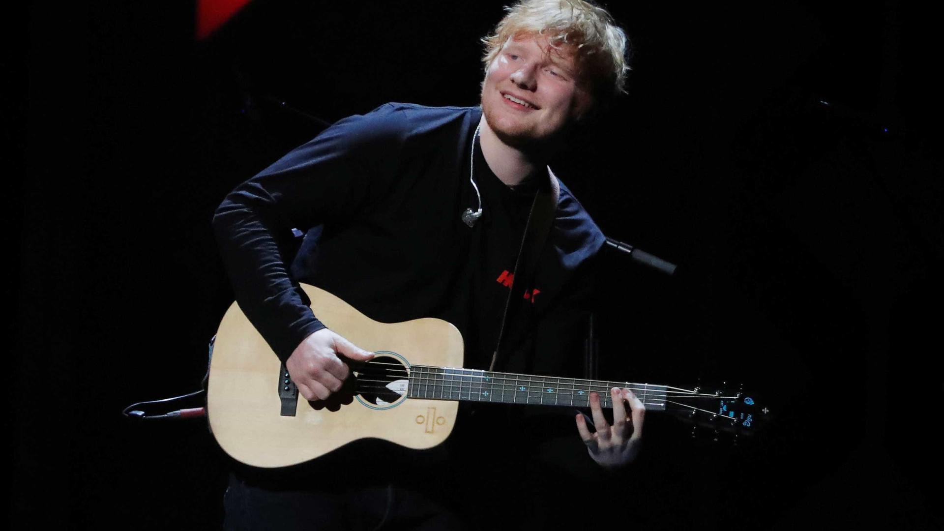 Ed Sheeran anuncia noivado: 'Felizes e apaixonados'