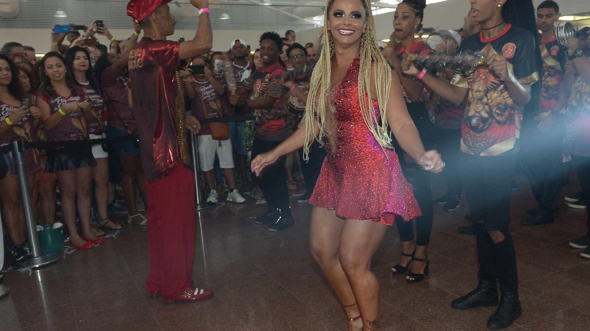 Viviane Araújo arrasa de vestidinho durante dia de samba em SP; fotos