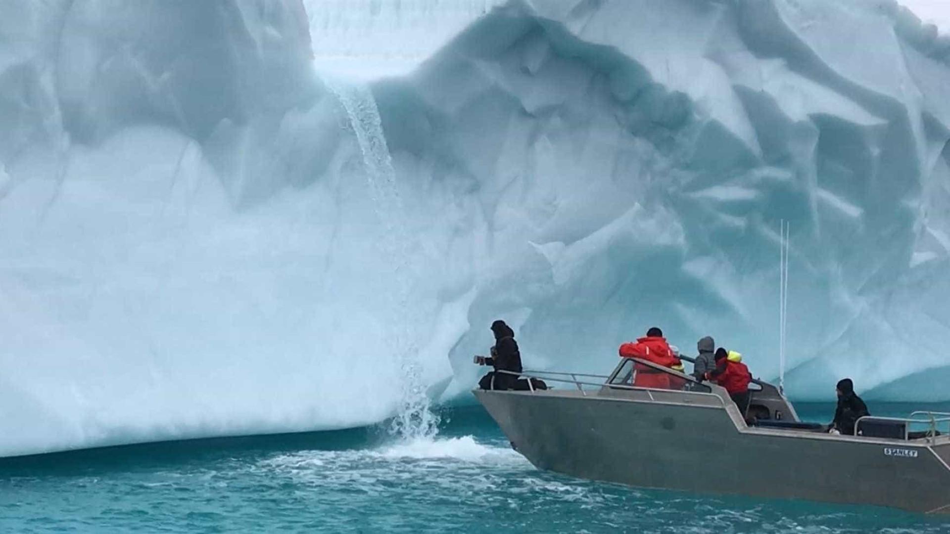 Exploradores bebem água de nascente natural no Ártico