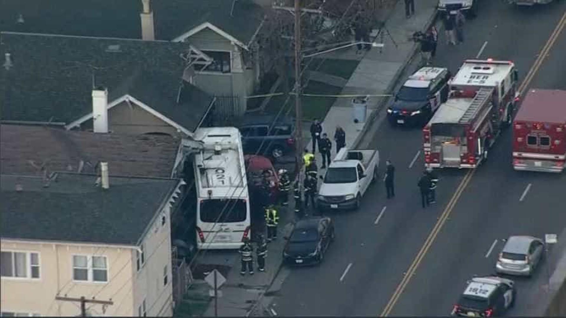 Ônibus bate em carro, invade casa e mata uma pessoa na Califórnia