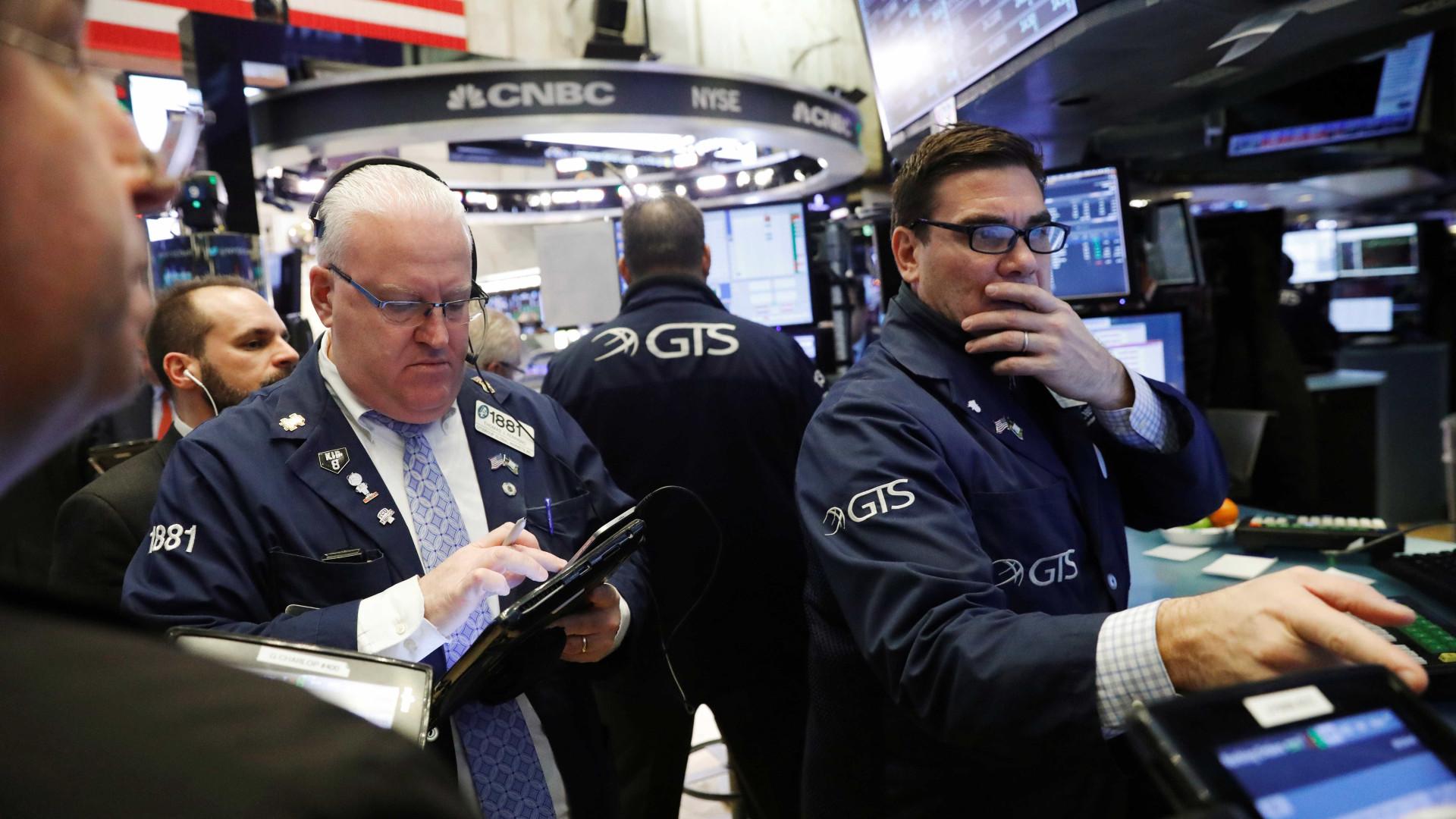 Dólar fecha no maior valor desde dezembro; bolsa de NY cai 4,15%