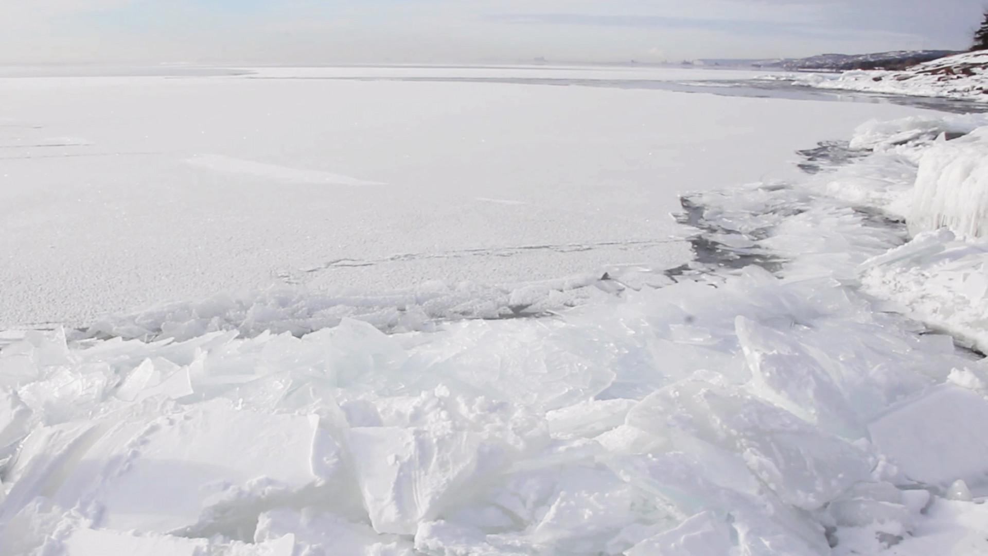 EUA: forte vento move gelo de lago em Minnesota