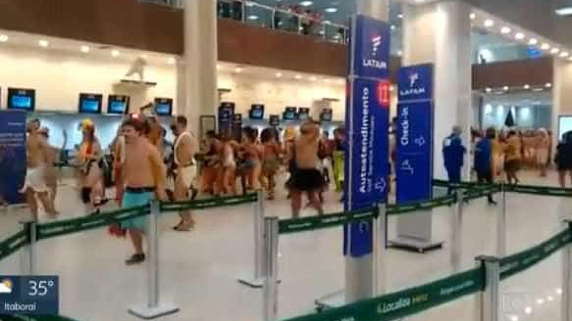 Foliões invadem Santos Dumont e fazem festa no saguão do aeroporto