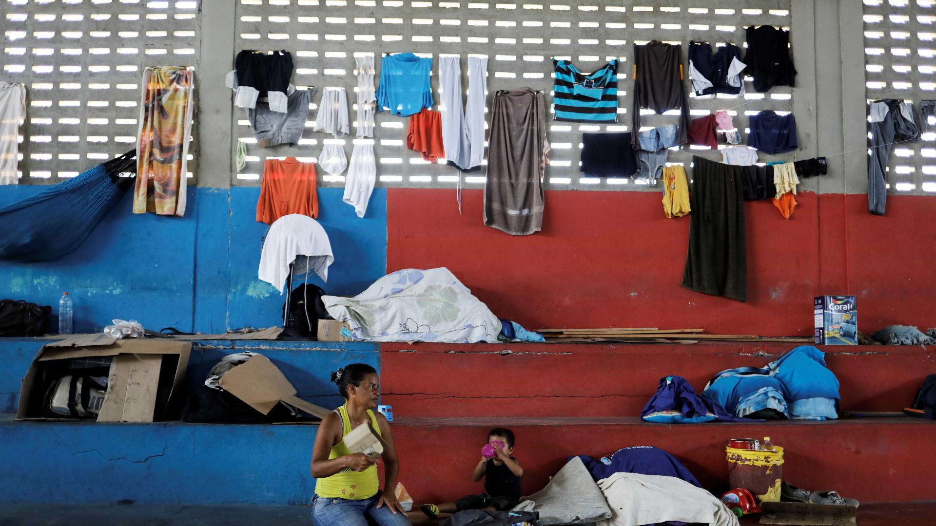 Brasileiros atacam abrigo de venezuelanos em Roraima