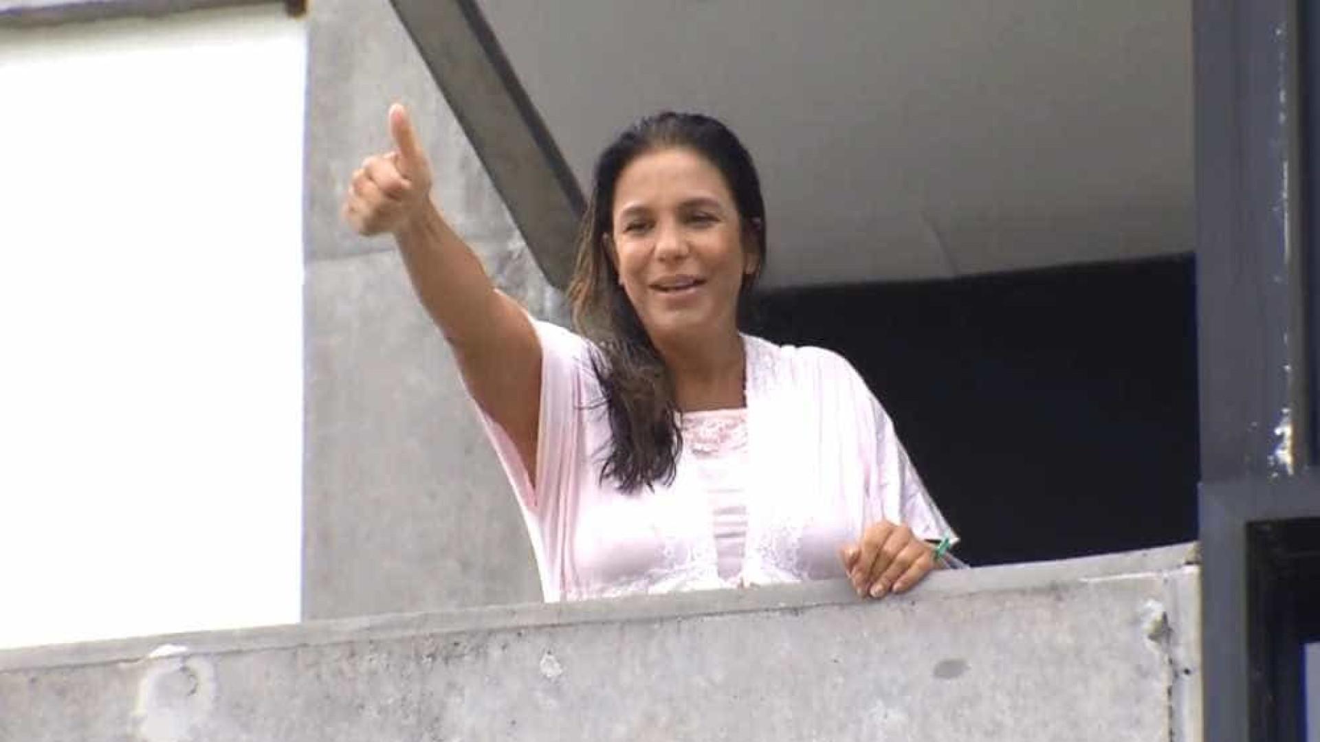 Ivete Sangalo aparece na varanda do hospital e fala com imprensa