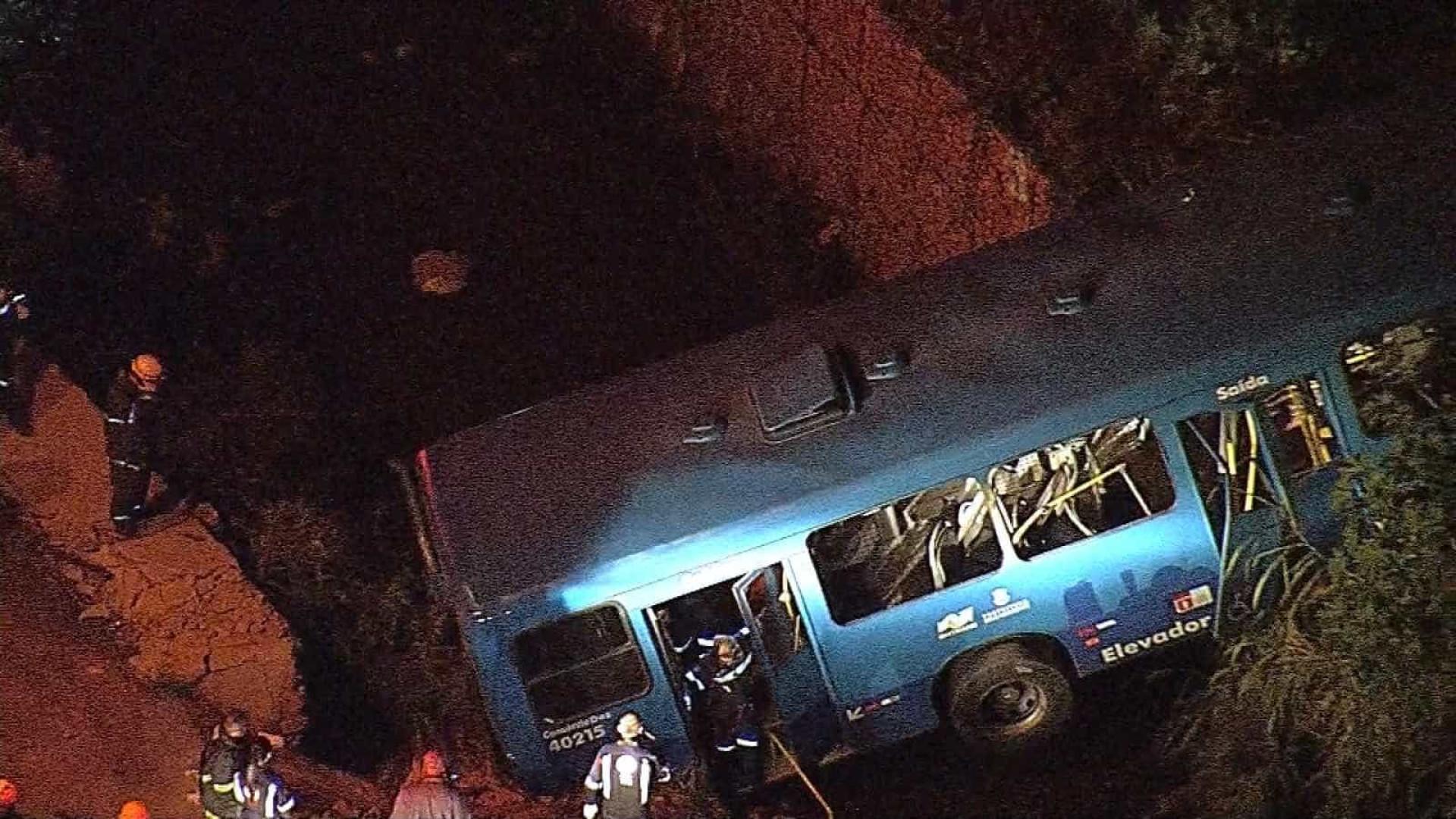 Ônibus cai em córrego e mata cinco pessoas em Belo Horizonte