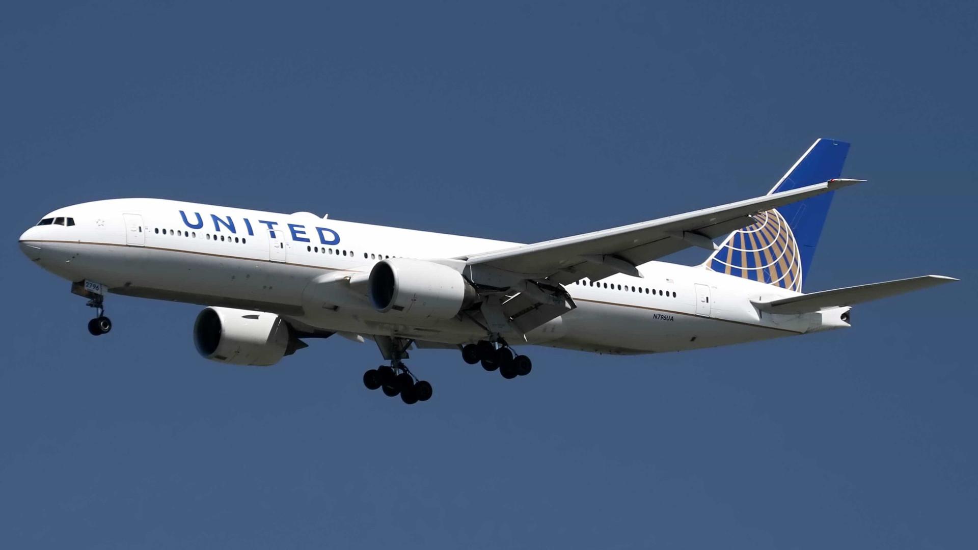Motor de avião se desprende durante voo sobre o Pacífico