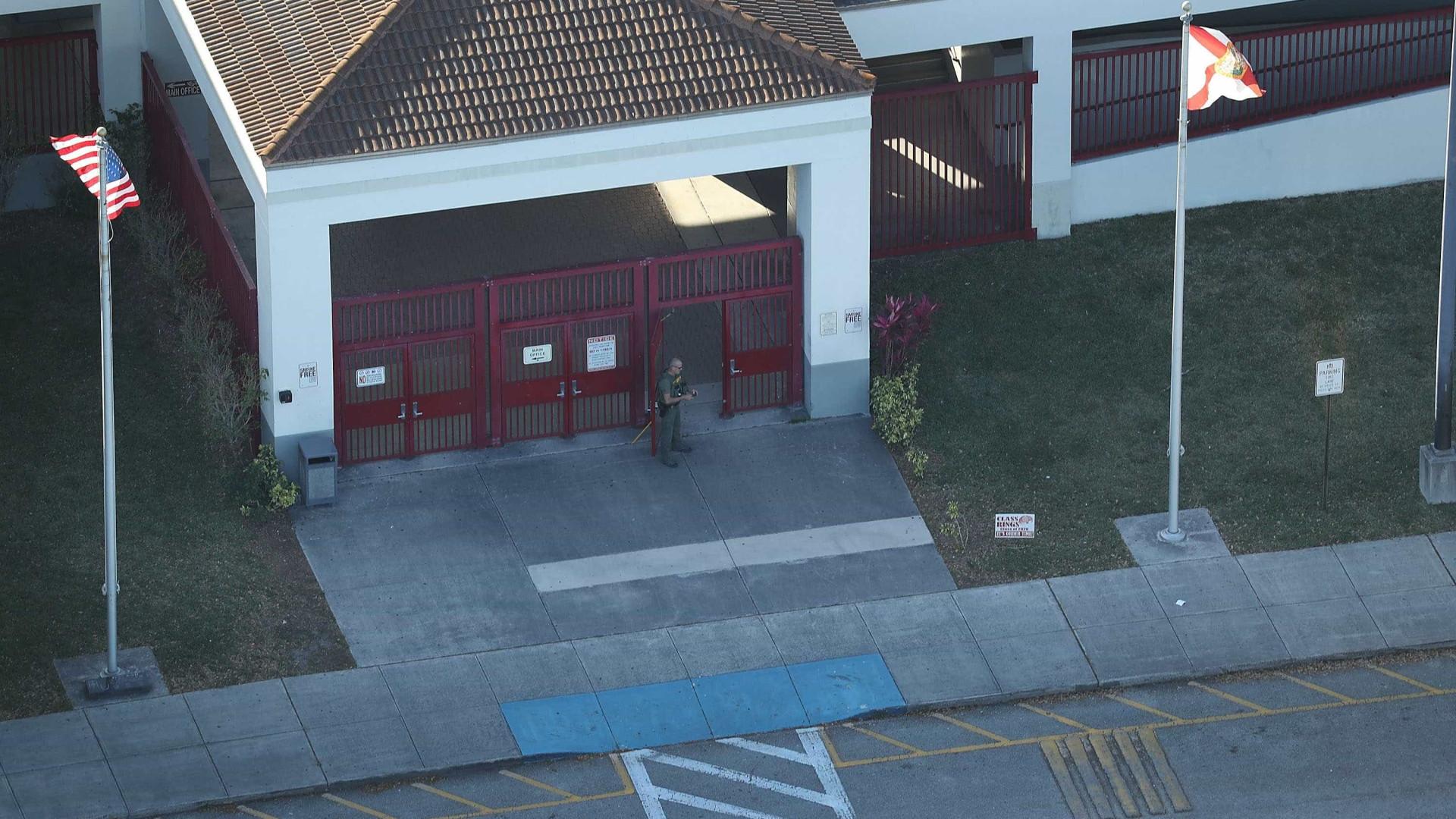 Autor de tiroteio nos EUA estava proibido de entrar em escola