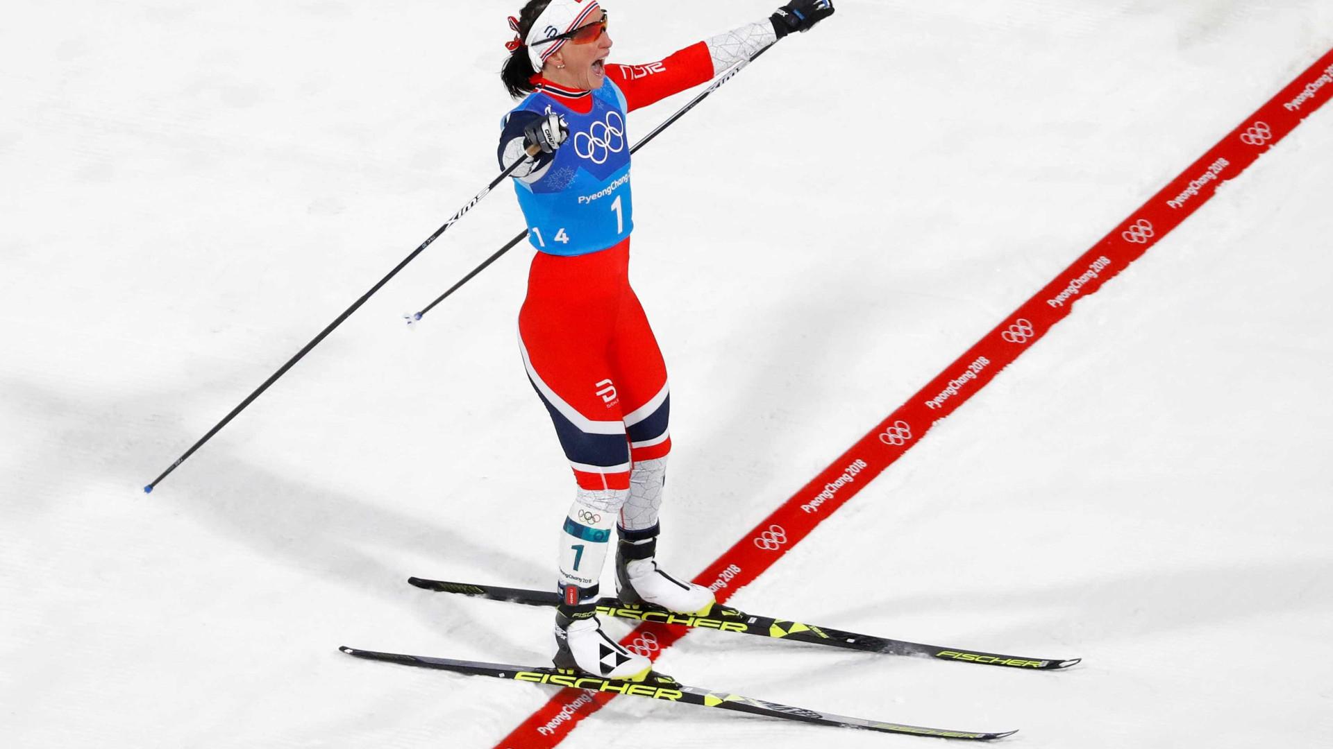 Norueguesa vence no esqui cross-country e iguala recorde olímpico