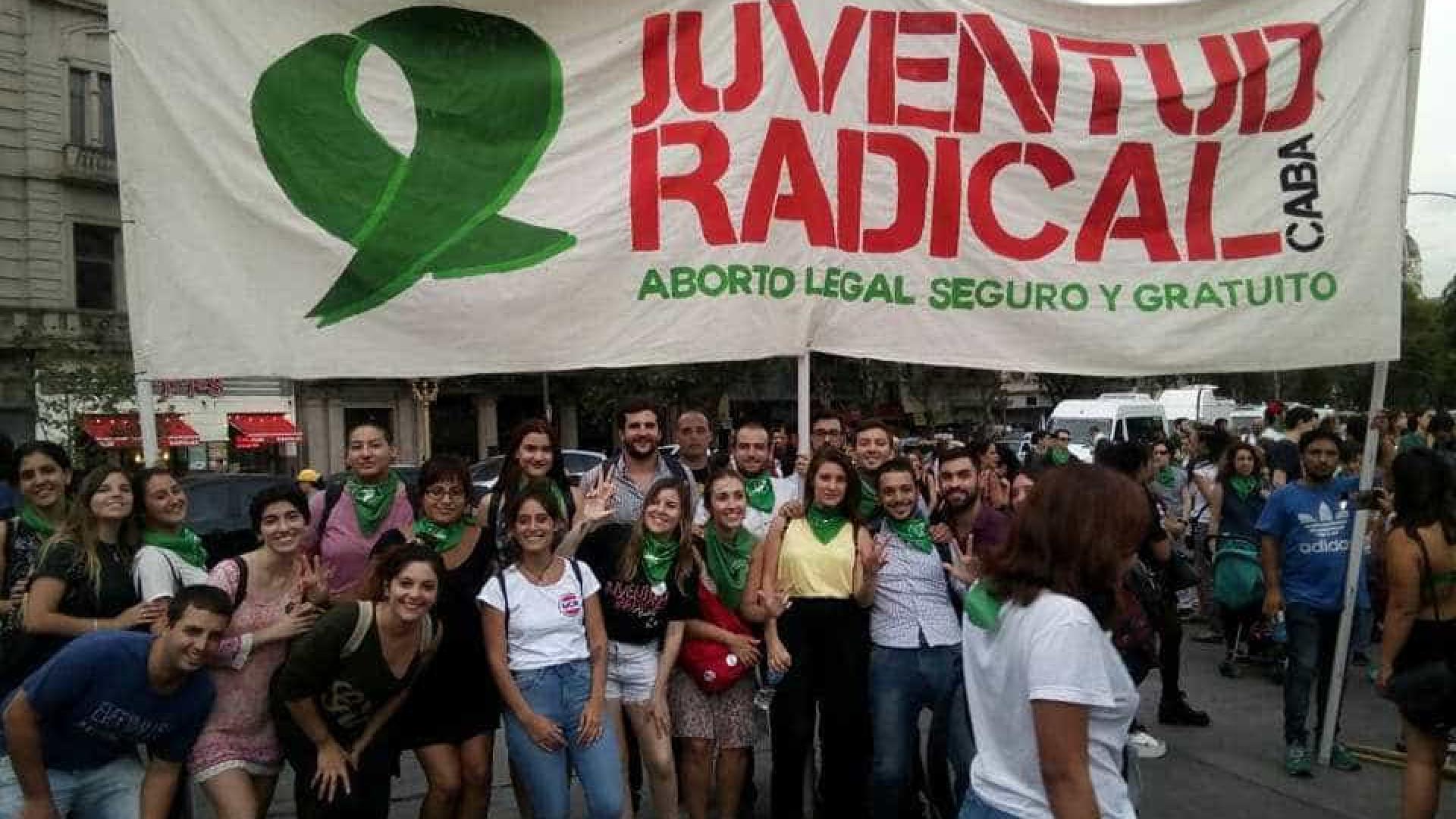 Mulheres marcham aos milhares na Argentina contra a criminalização do aborto