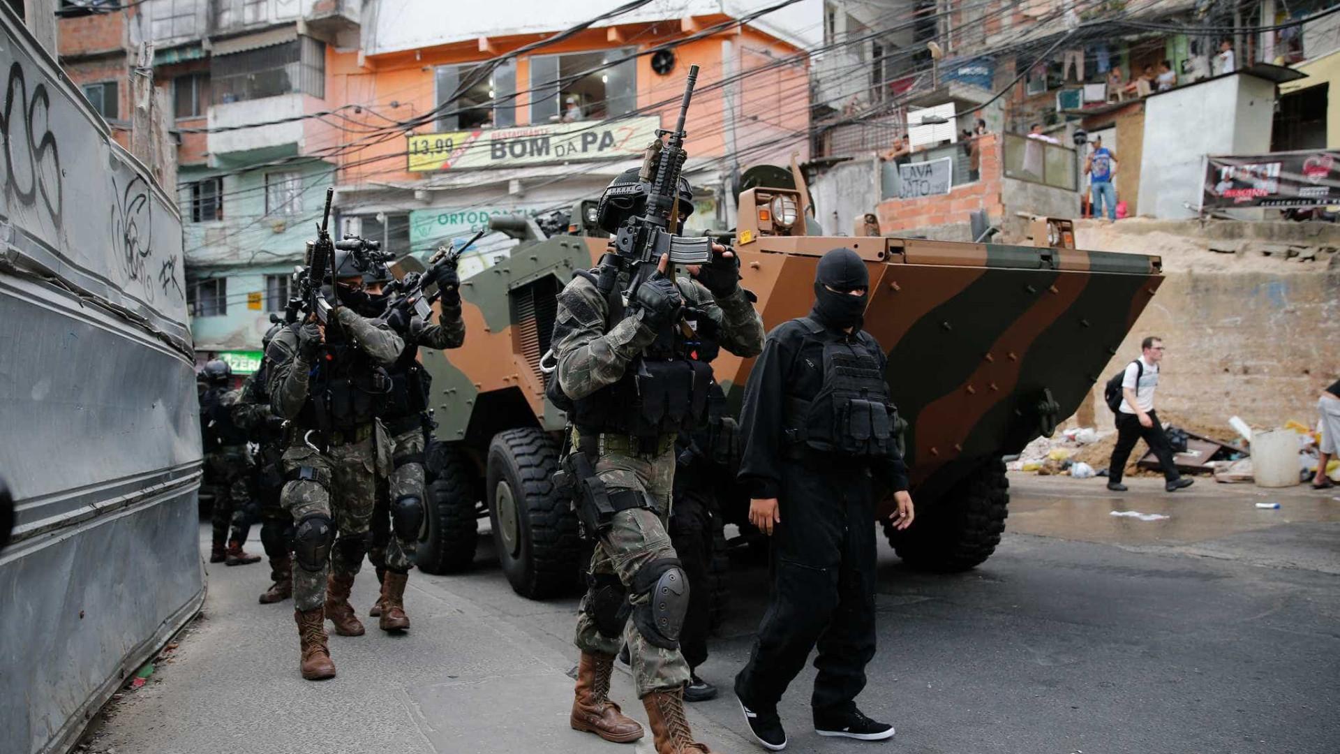 Militares usam mA?scaras e cobrem identificaA�A?o ao entrarem em favelas