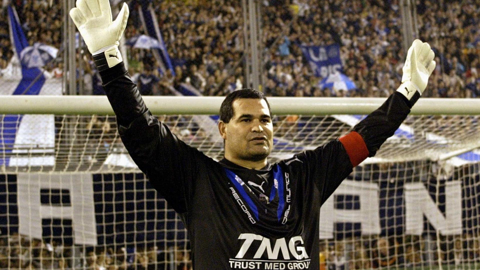 Ex-goleiro Chilavert explica o porquê da cusparada em Roberto Carlos