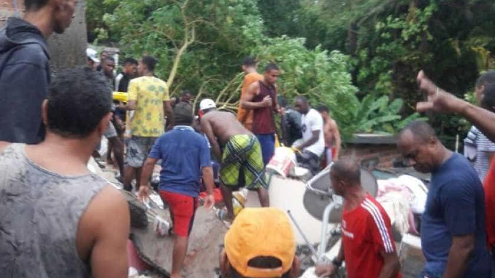 Prédio de três andares desaba e deixa soterrados em Salvador