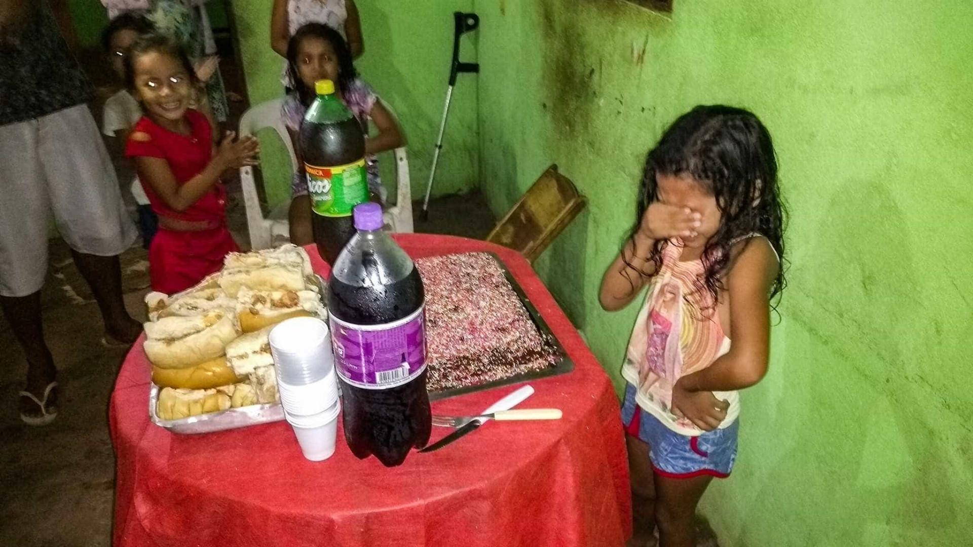 Menina se emociona ao ganhar bolo de aniversário e foto viraliza