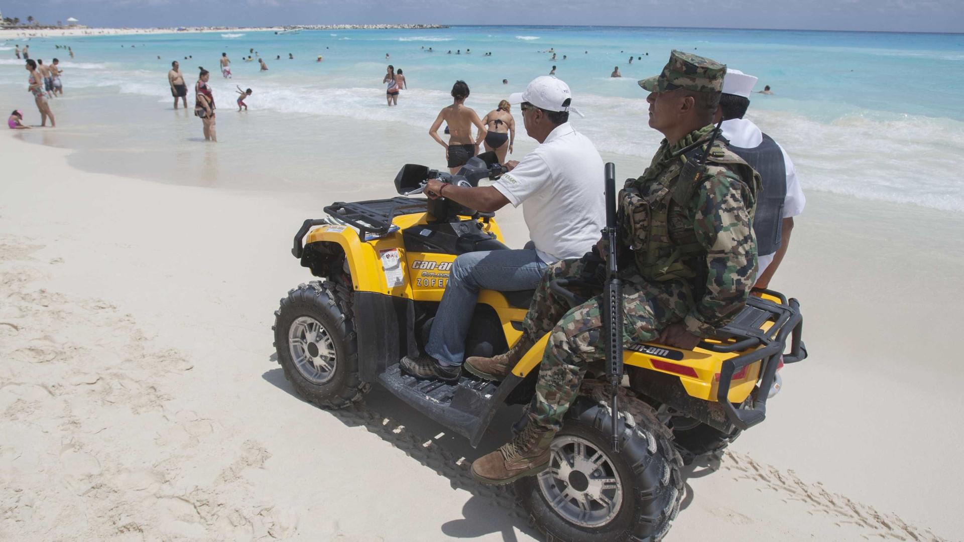 Policiais são demitidos após fotos com mulheres de topless em Cancún