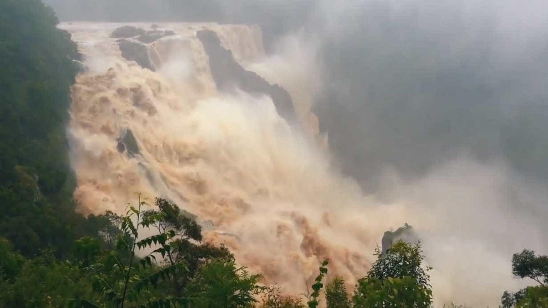 Drone capta imagens impressionantes de cascata na Austrália