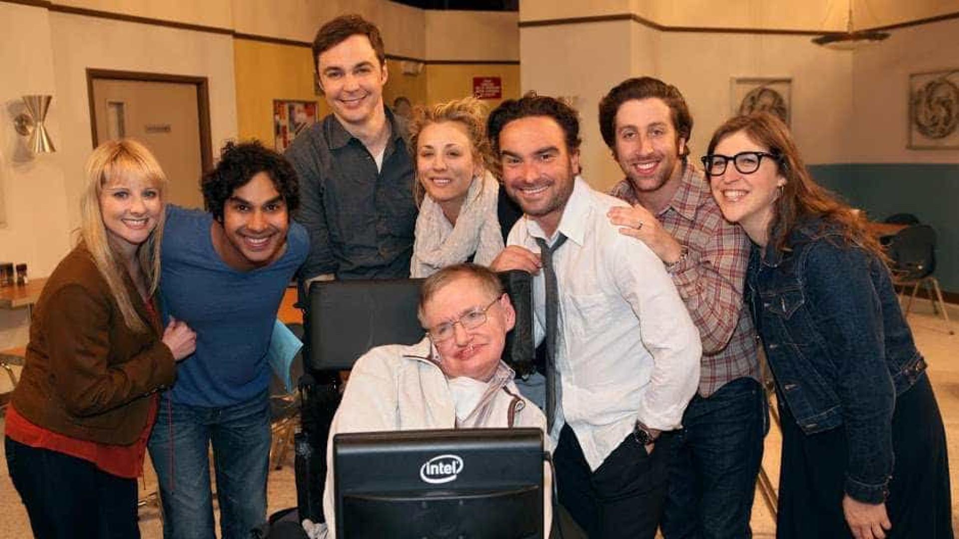 Elenco de 'The Big Bang Theory' homenageia Hawking: 'Foi uma honra'