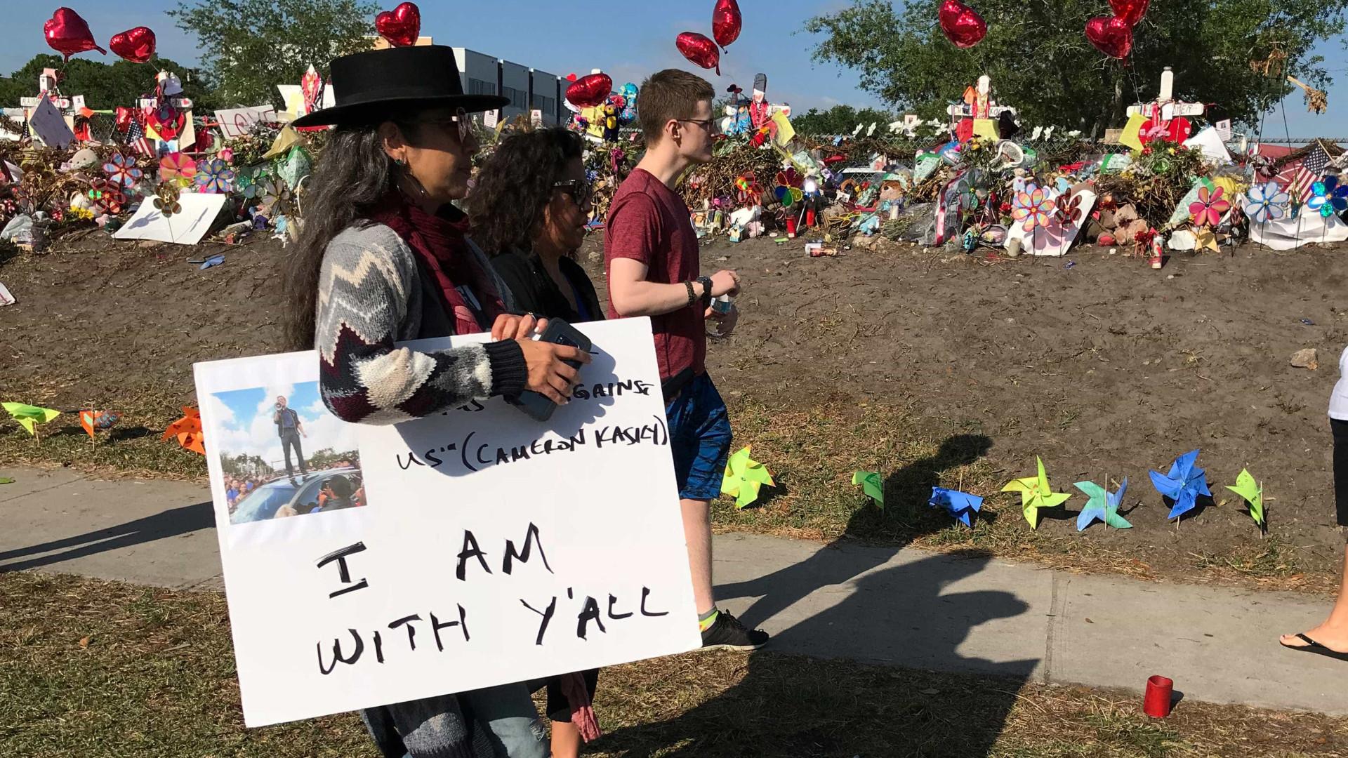 Um mês após tragédia em escola da Flórida estudantes fazem protesto