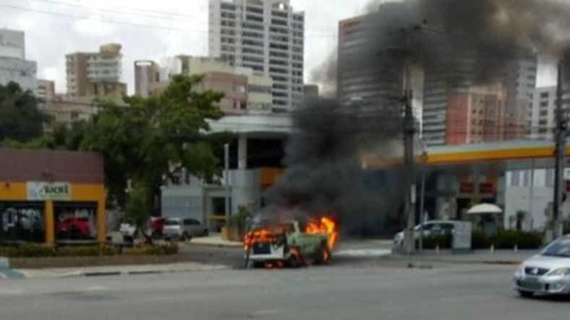 Kombi pega fogo e explode em avenida no centro de Fortaleza; veja