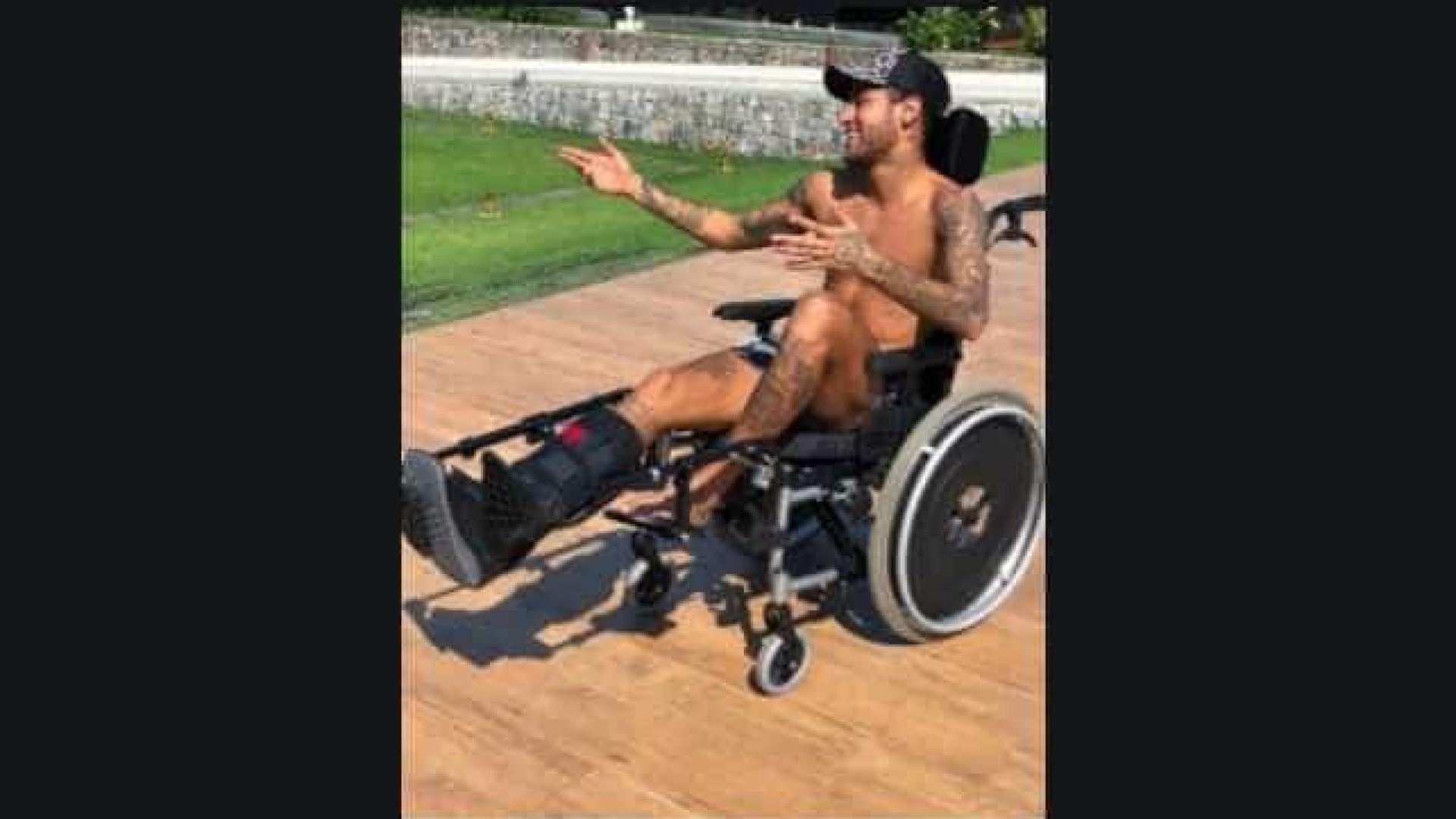 De cadeira de rodas, Neymar homenageia Stephen Hawking