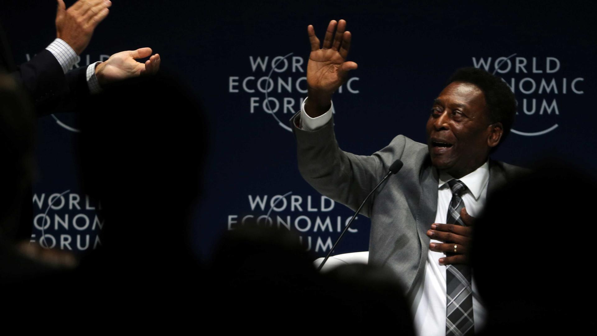Pelé é homenageado em São Paulo e volta a usar andador