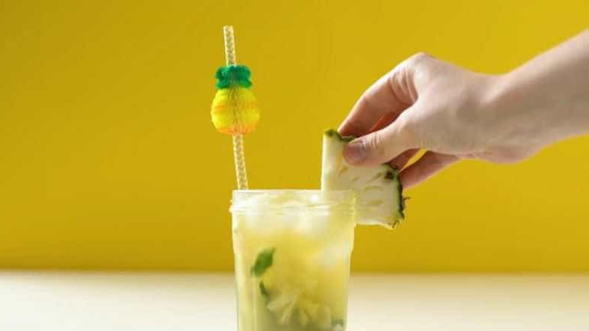 Aprenda a receita de chá gelado de camomila com abacaxi e hortelã