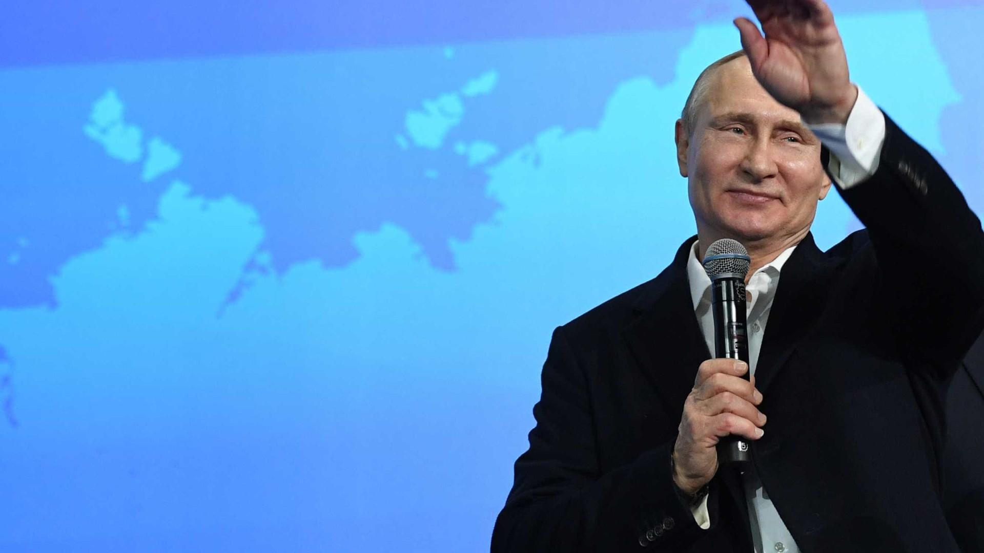 Vladimir Putin proclama vitória perante milhares de apoiadores