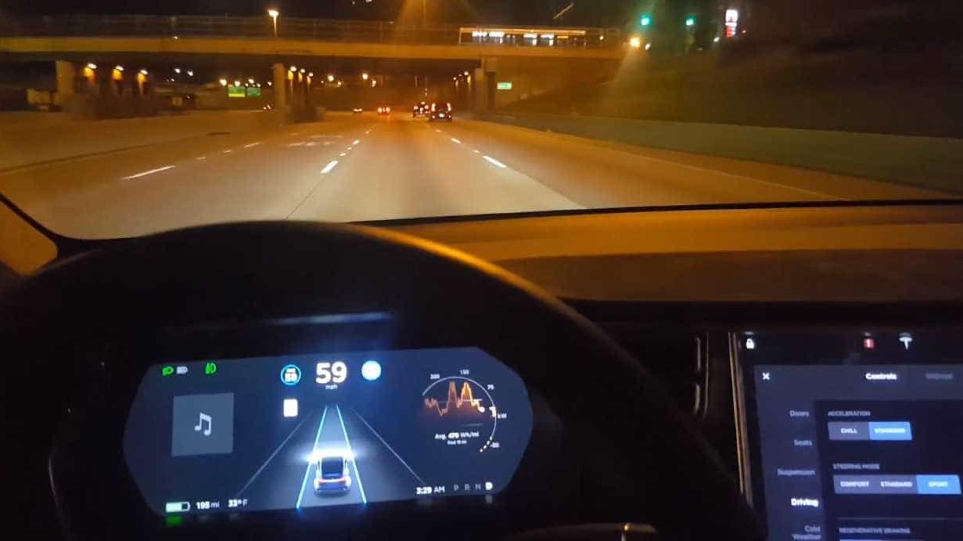 Tesla em piloto automático quase bate em barreira na estrada