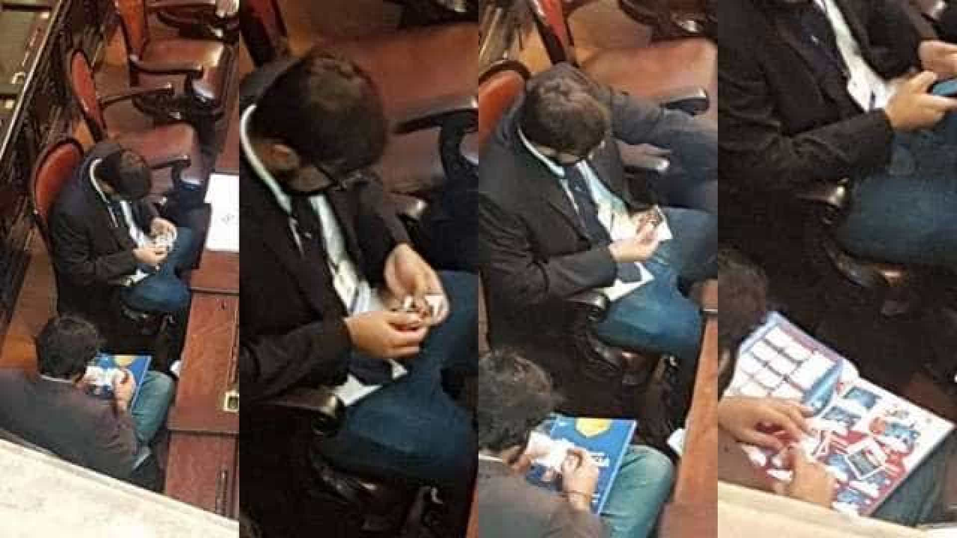 Assessores de deputados são flagrados trocando figurinhas da Copa em plenário