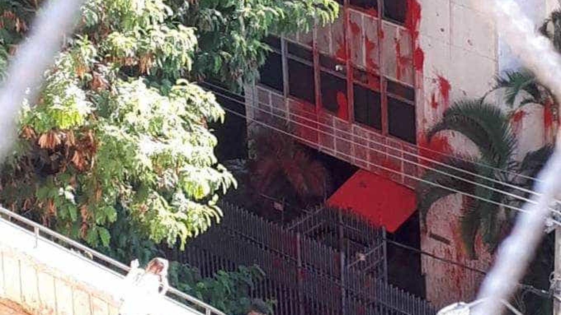 Tinta jogada em ataque a prédio de Cármen Lúcia começa a ser removida