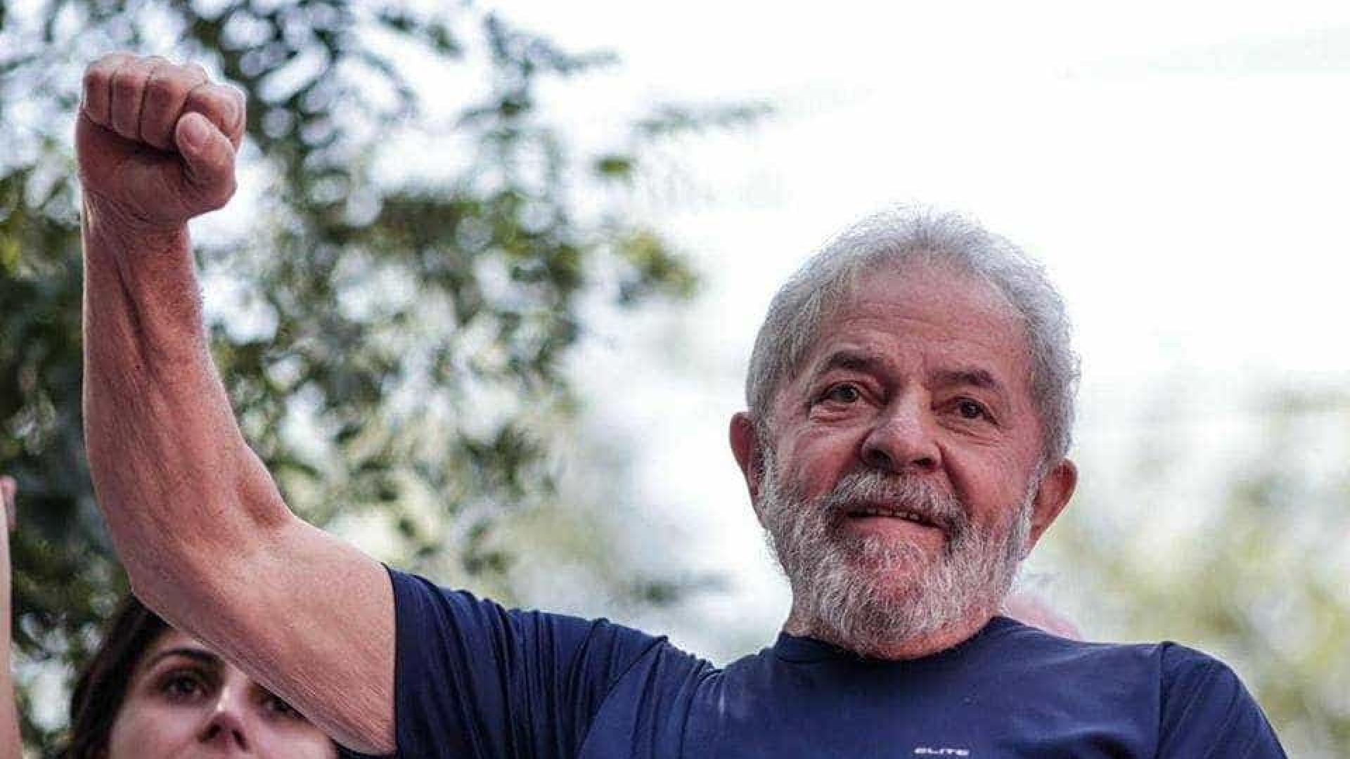 Contra prisão, manifestantes impedem saída de Lula