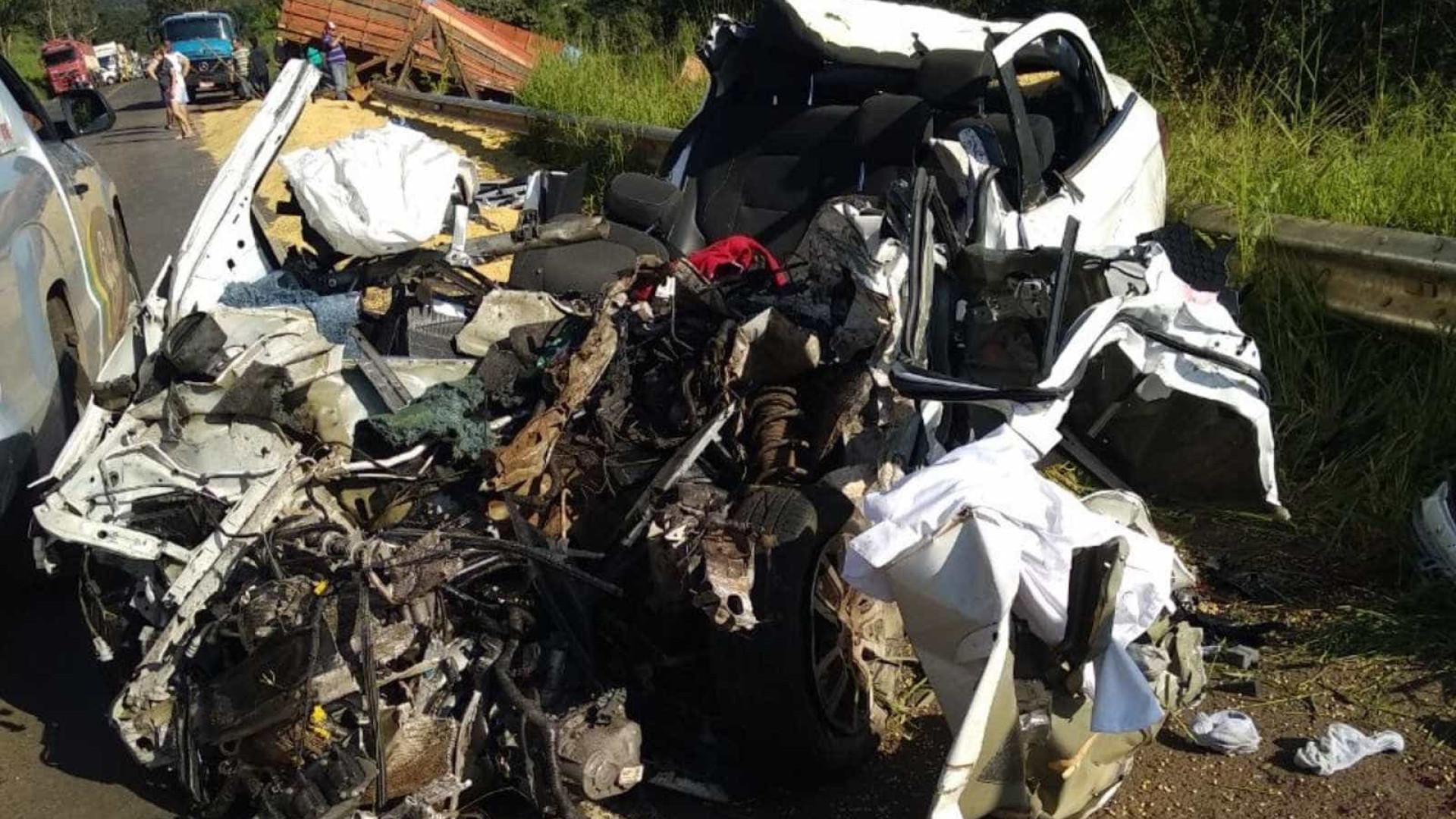 Carro na contramão bate em carreta e deixa três mortos em GO