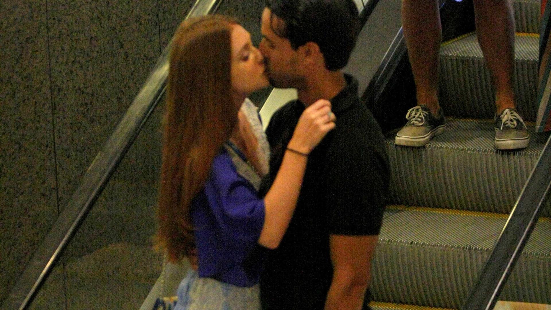 Marina Ruy Barbosa e Xandinho beijam muito em shopping do Rio
