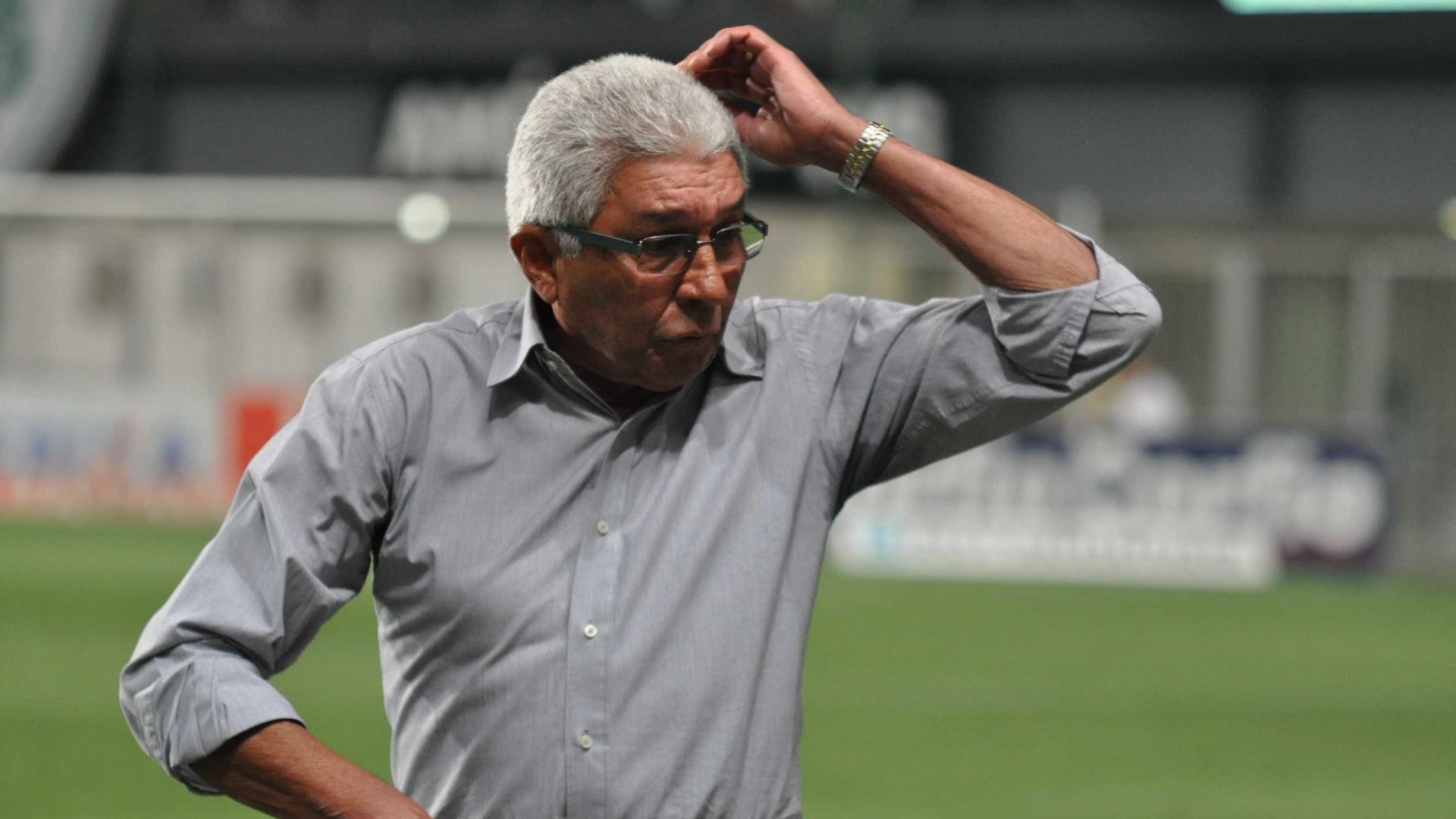 Após queda, América-MG renova contrato do técnico Givanildo Oliveira